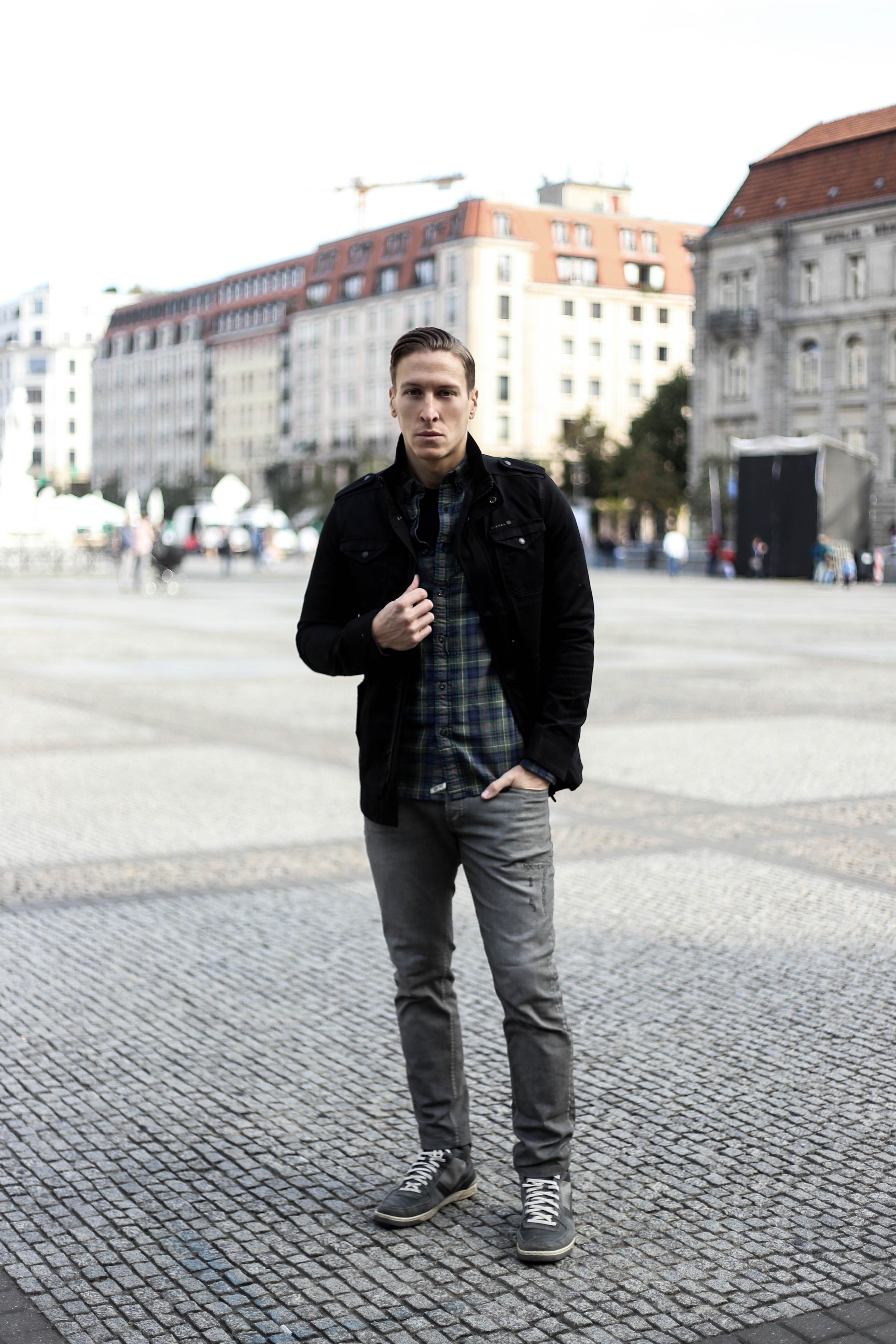 kariertes-hemd-maennerblog-fashionblog-berlin-outfit-graue-jeans_4040