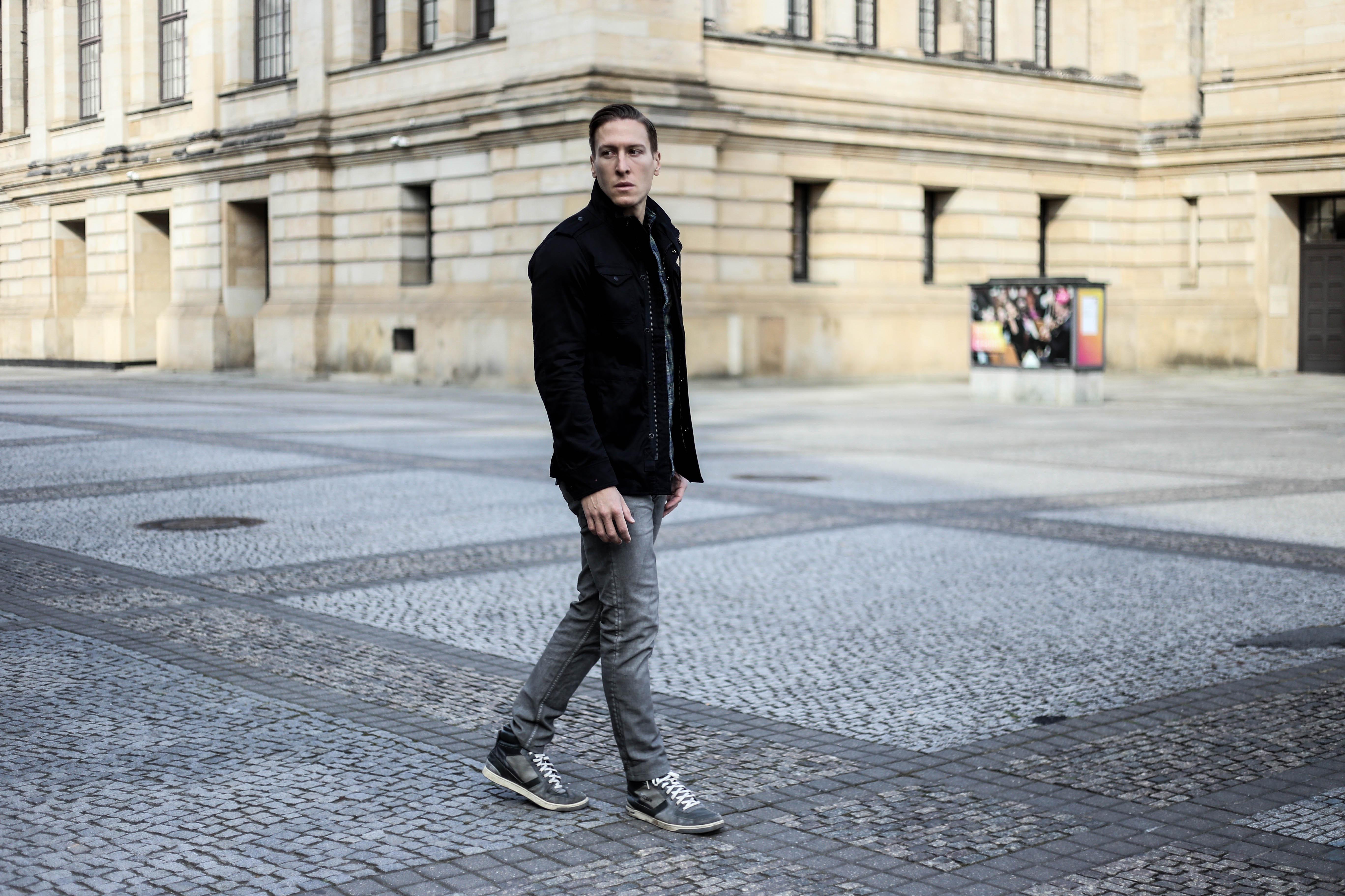 kariertes-hemd-maennerblog-fashionblog-berlin-outfit-graue-jeans_4079