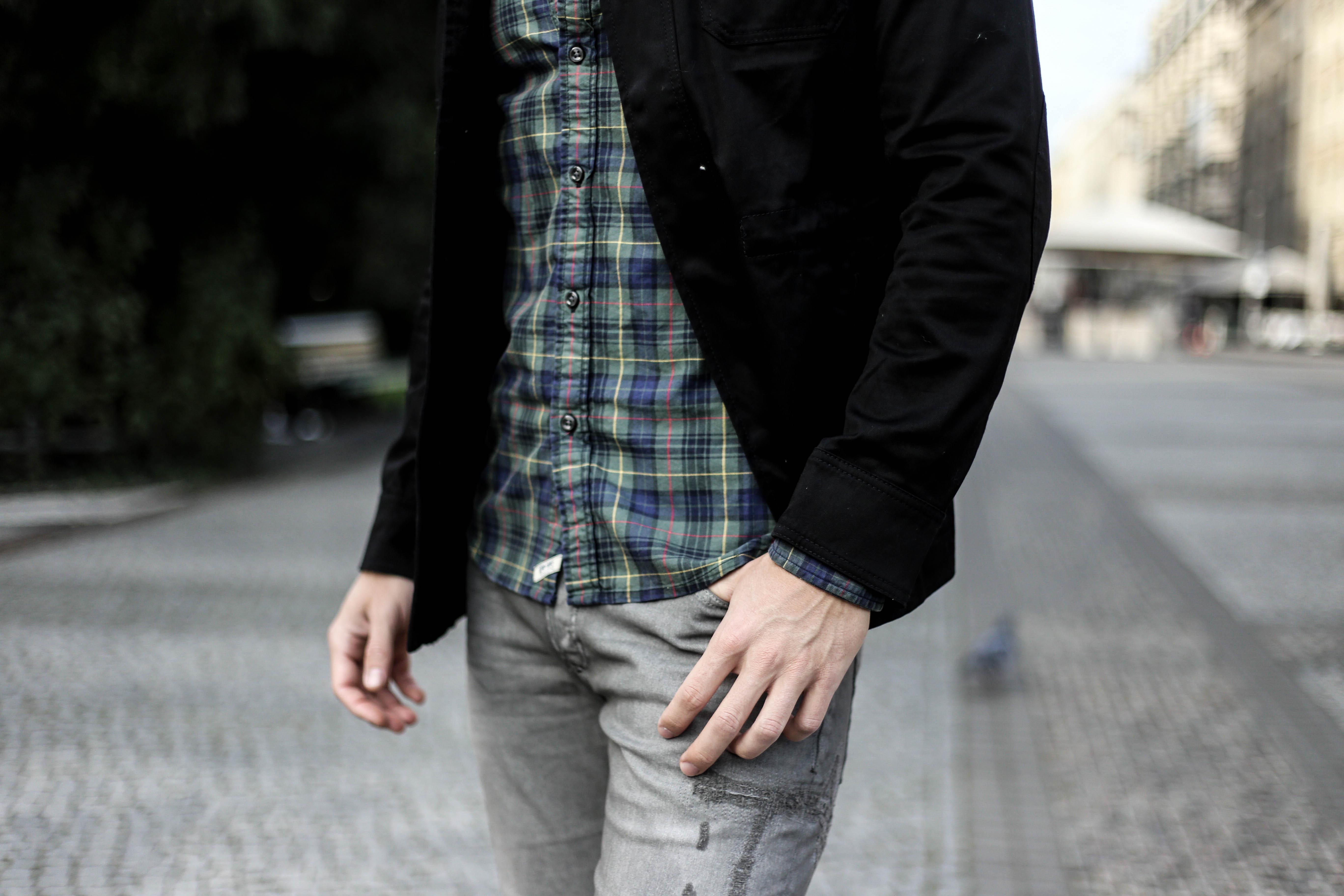 kariertes-hemd-maennerblog-fashionblog-berlin-outfit-graue-jeans_4116