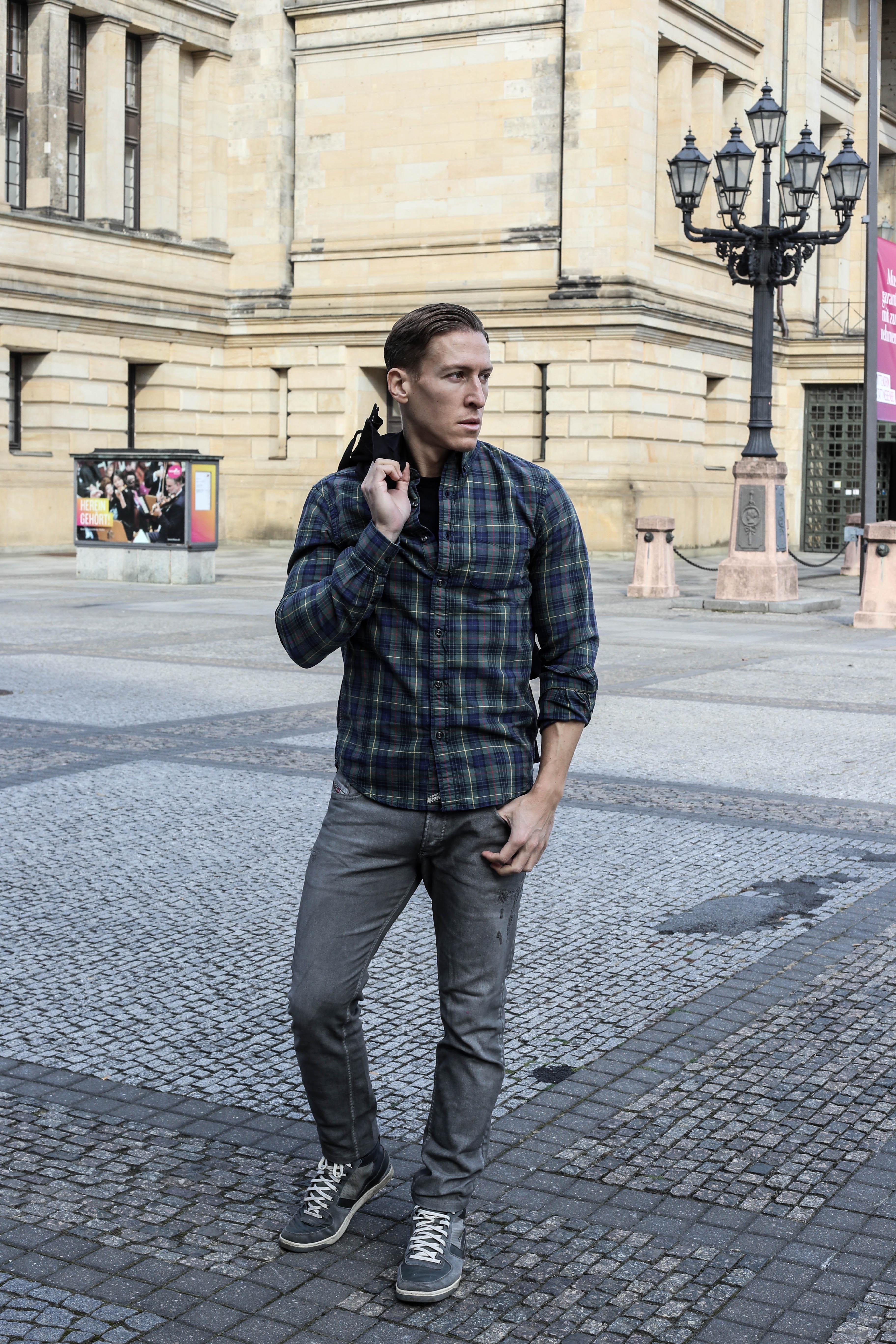 kariertes-hemd-maennerblog-fashionblog-berlin-outfit-graue-jeans_4137