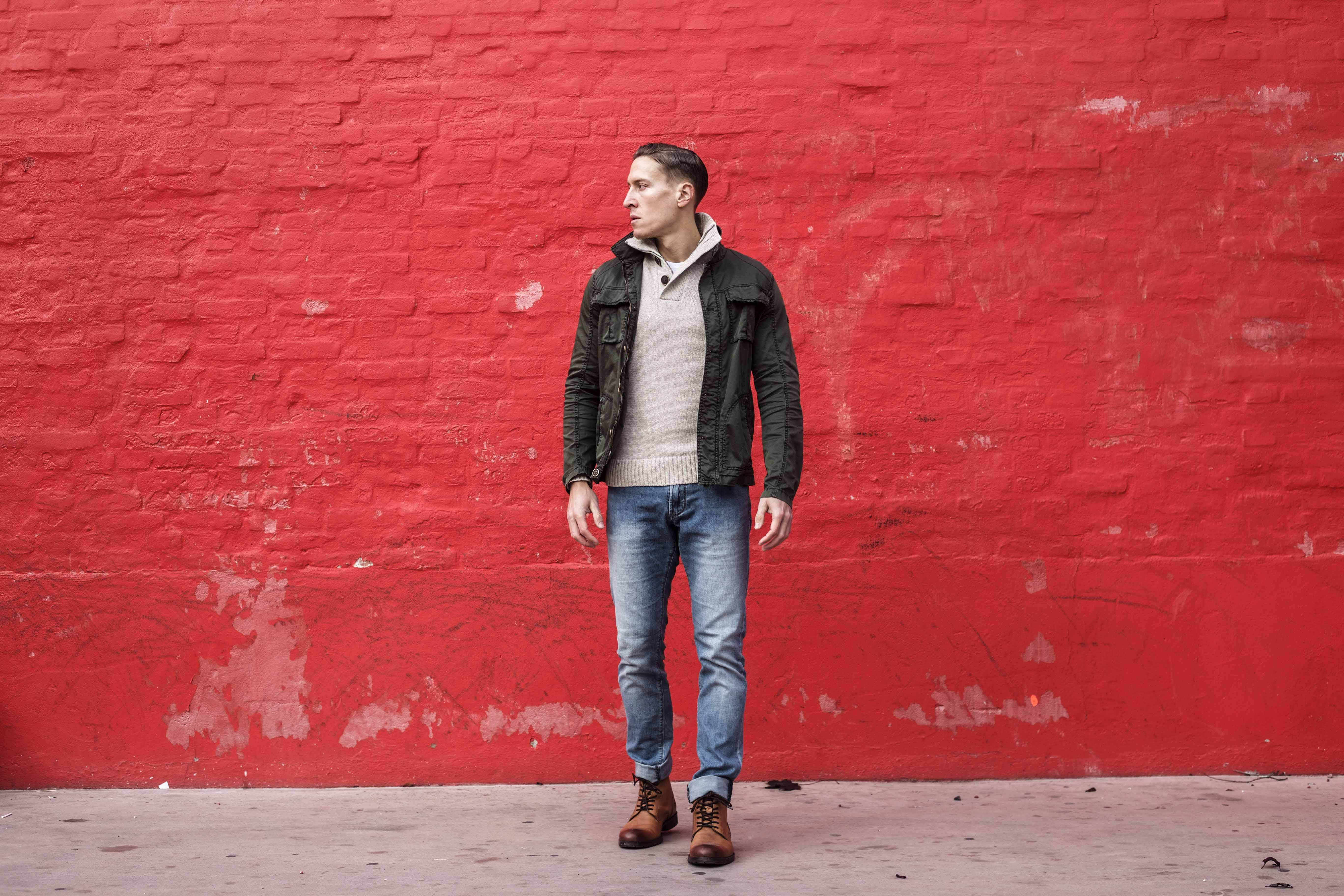 beiger-pullover-aufknoepfbarer-kragen-blaue-jeans-olivgruener-kurzparka-braune-lederstiefel-superkilen-kopenhagen_5649