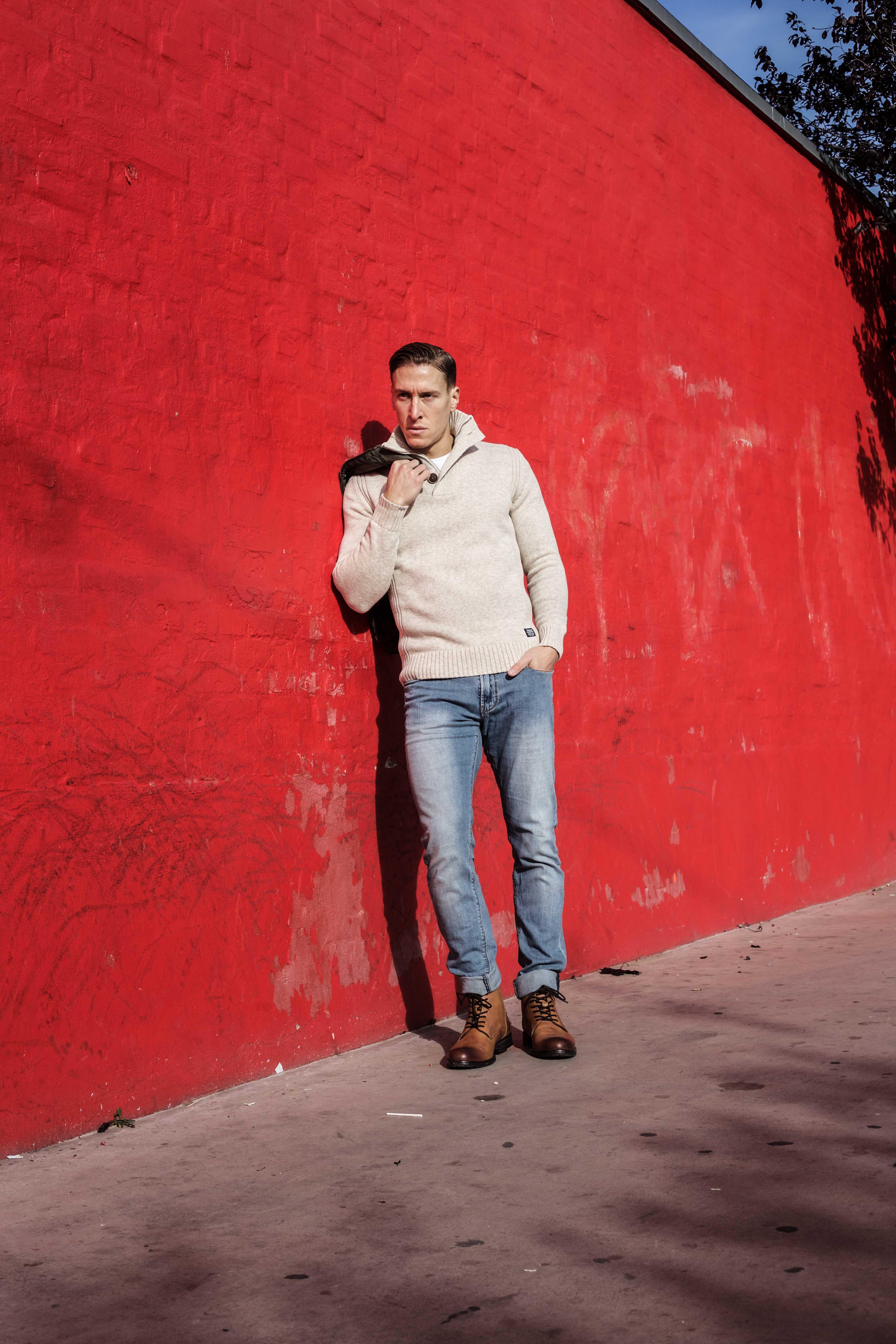 beiger-pullover-aufknoepfbarer-kragen-blaue-jeans-olivgruener-kurzparka-braune-lederstiefel-superkilen-kopenhagen_5712