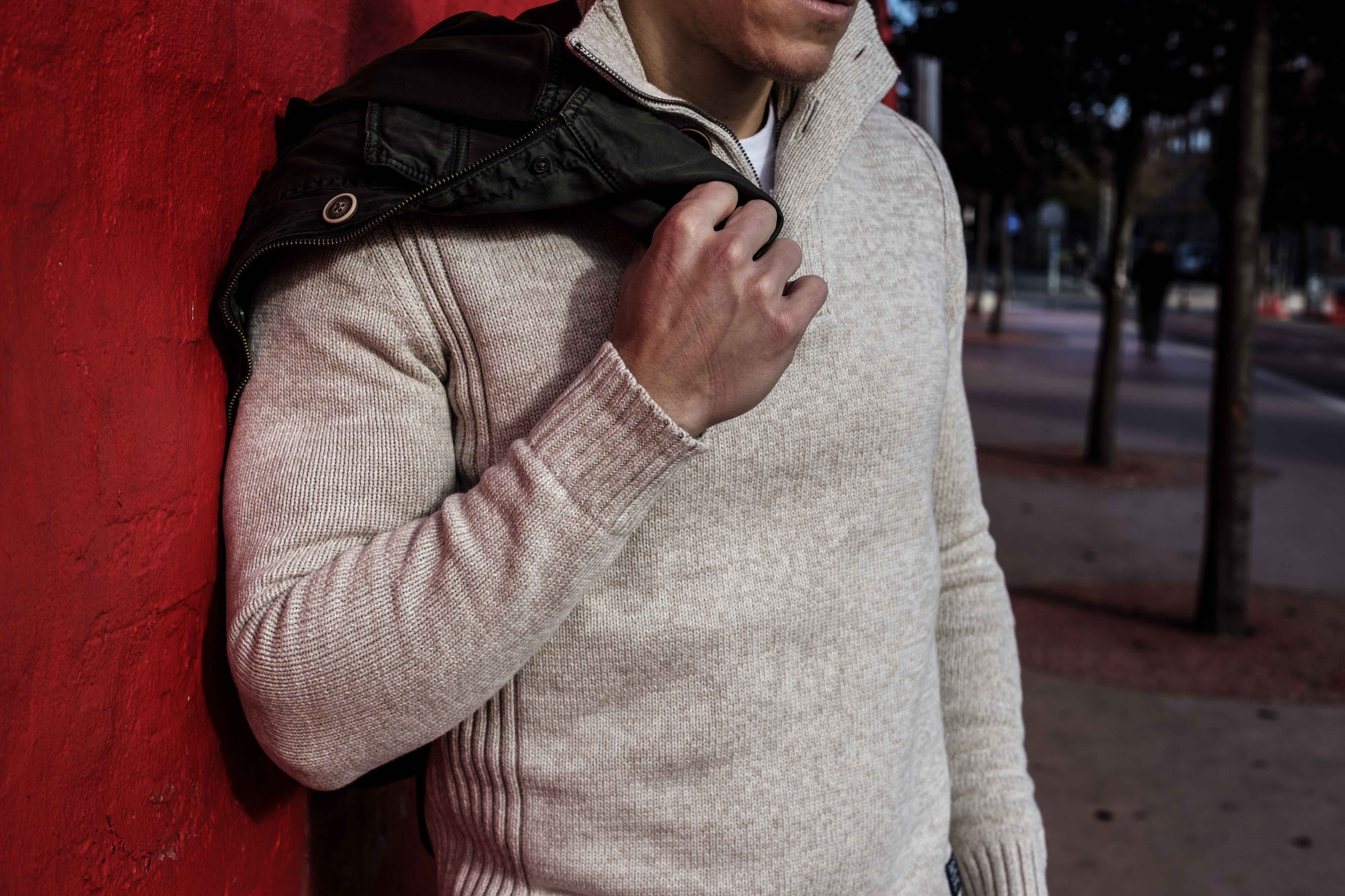 beiger-pullover-aufknoepfbarer-kragen-blaue-jeans-olivgruener-kurzparka-braune-lederstiefel-superkilen-kopenhagen_5713