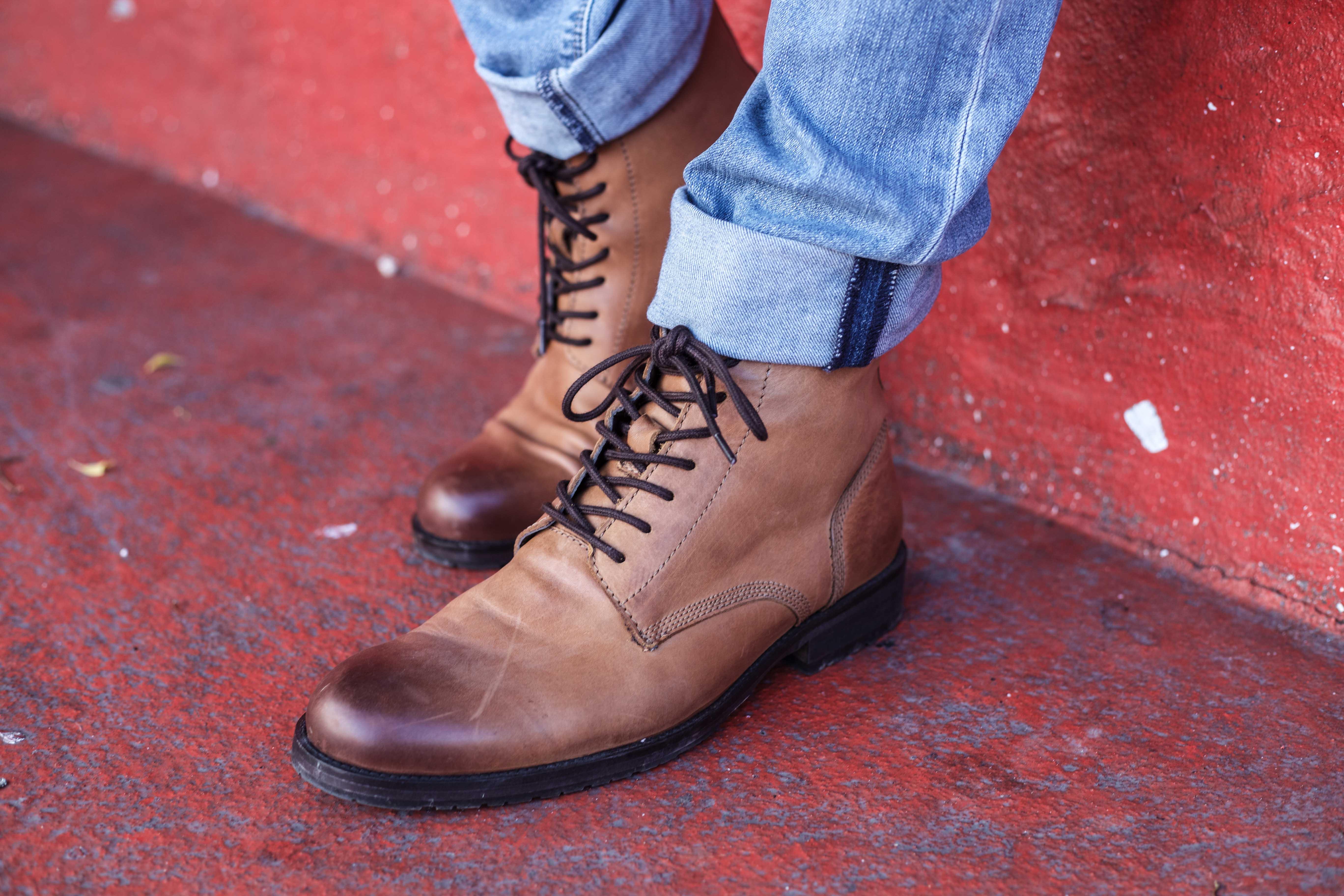 beiger-pullover-aufknoepfbarer-kragen-blaue-jeans-olivgruener-kurzparka-braune-lederstiefel-superkilen-kopenhagen_5865