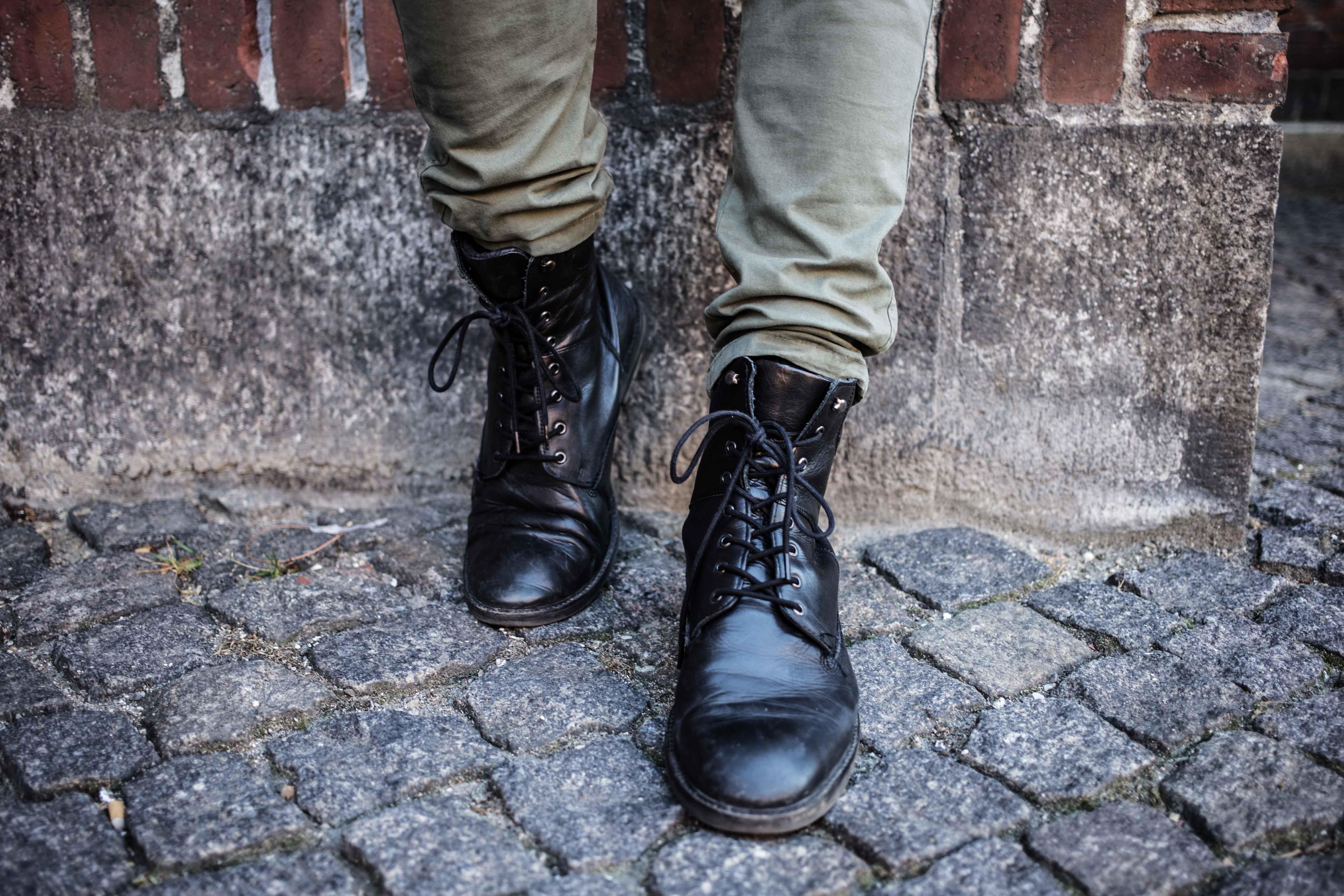 trashed-pullover-schwarze-lederjacke-olivgruene-chino-grunge-look_6074