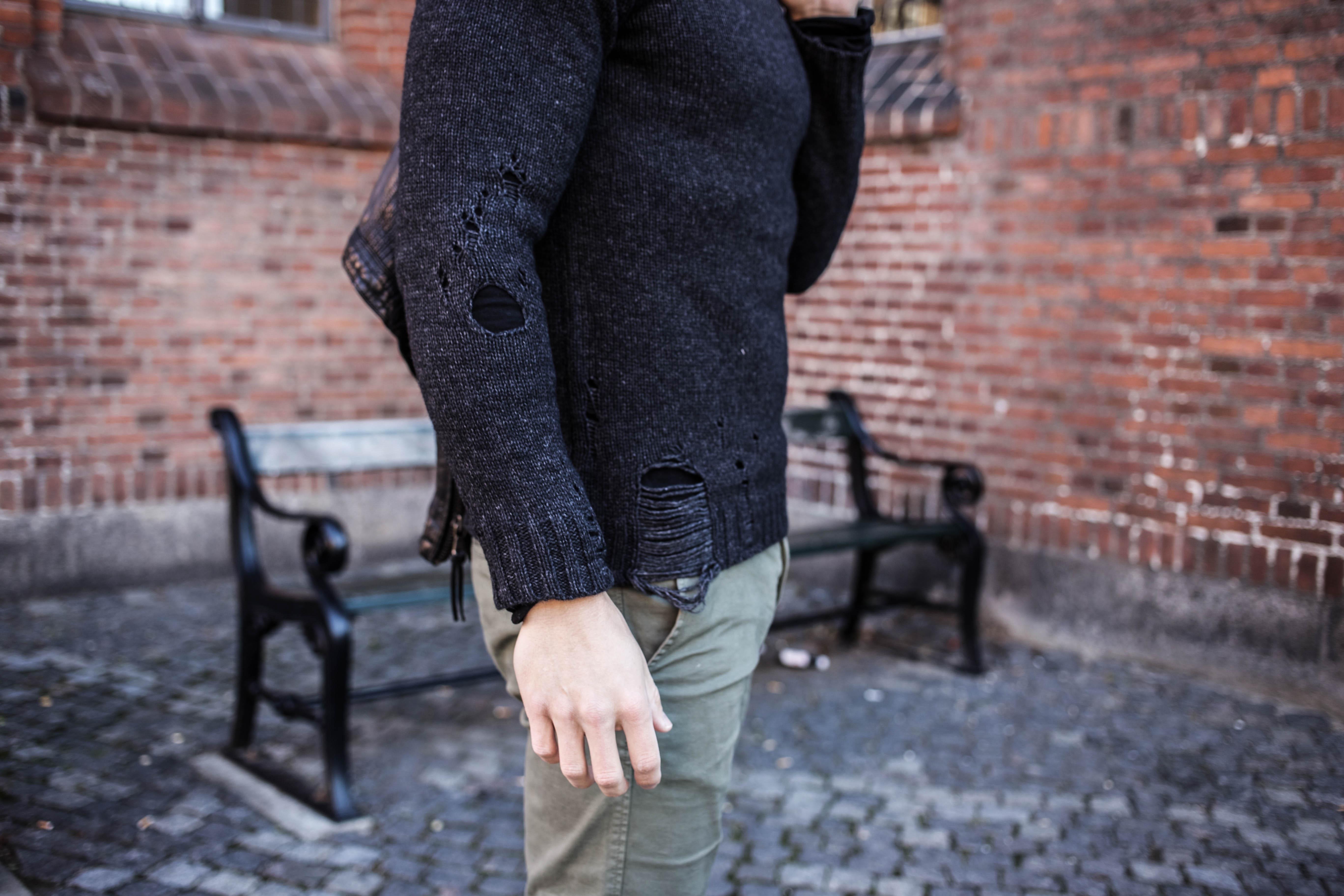 trashed-pullover-schwarze-lederjacke-olivgruene-chino-grunge-look_6112