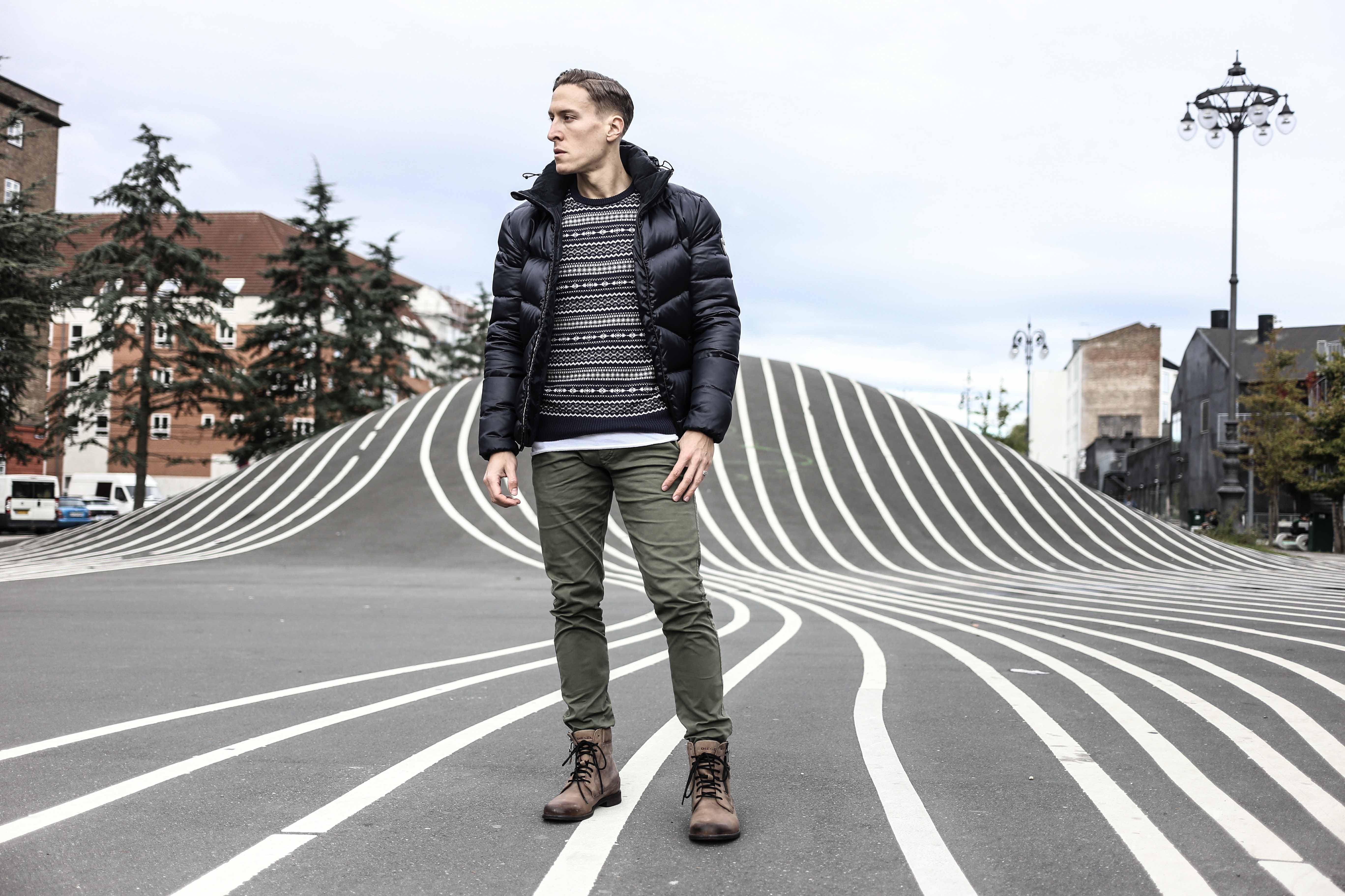 norweger-pulli-olivgruene-chino-dunkelblaue-daunenjacke-braune-lederstiefel-winter-look-menfashion-modeblog-berlin_4536