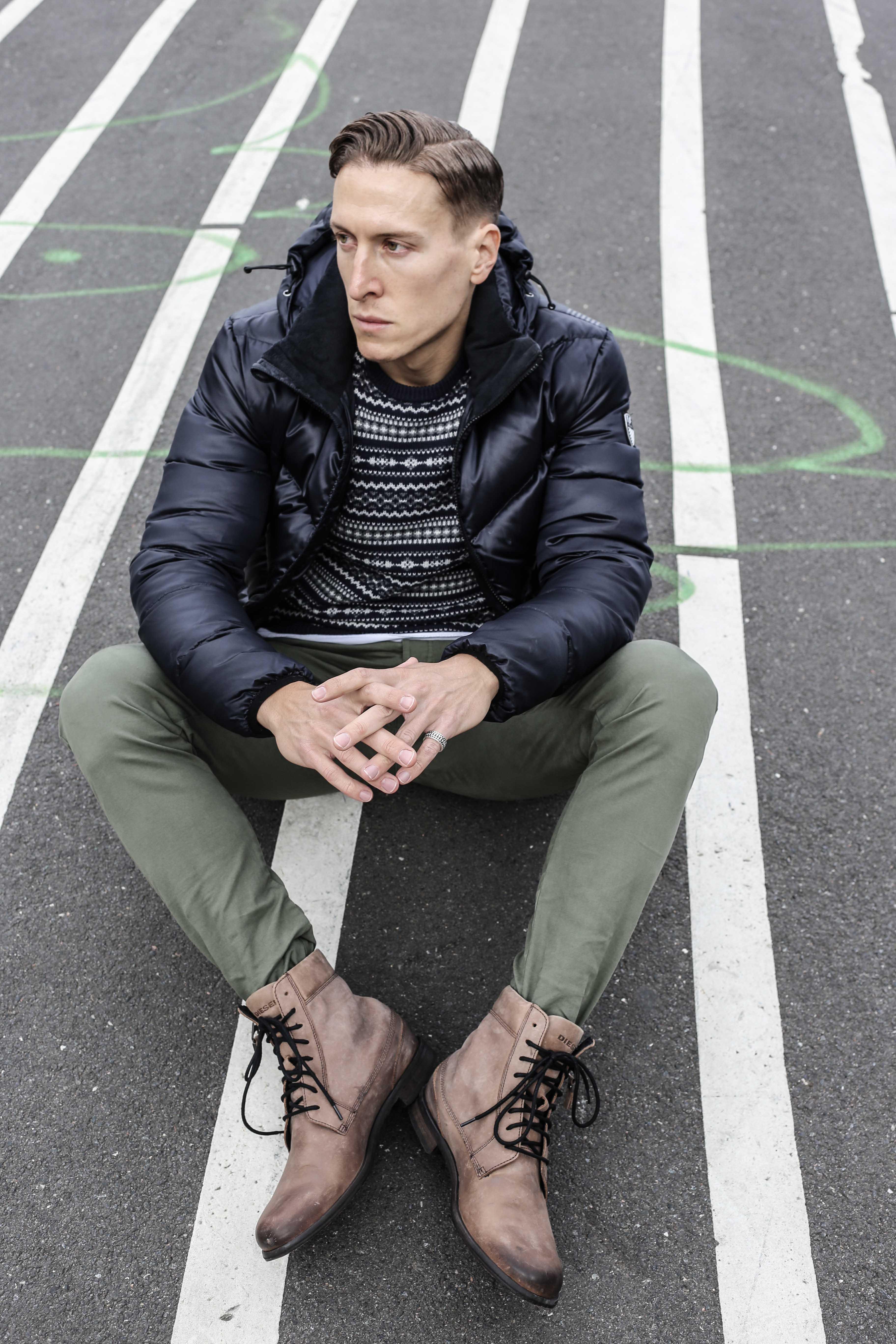 norweger-pulli-olivgruene-chino-dunkelblaue-daunenjacke-braune-lederstiefel-winter-look-menfashion-modeblog-berlin_4592