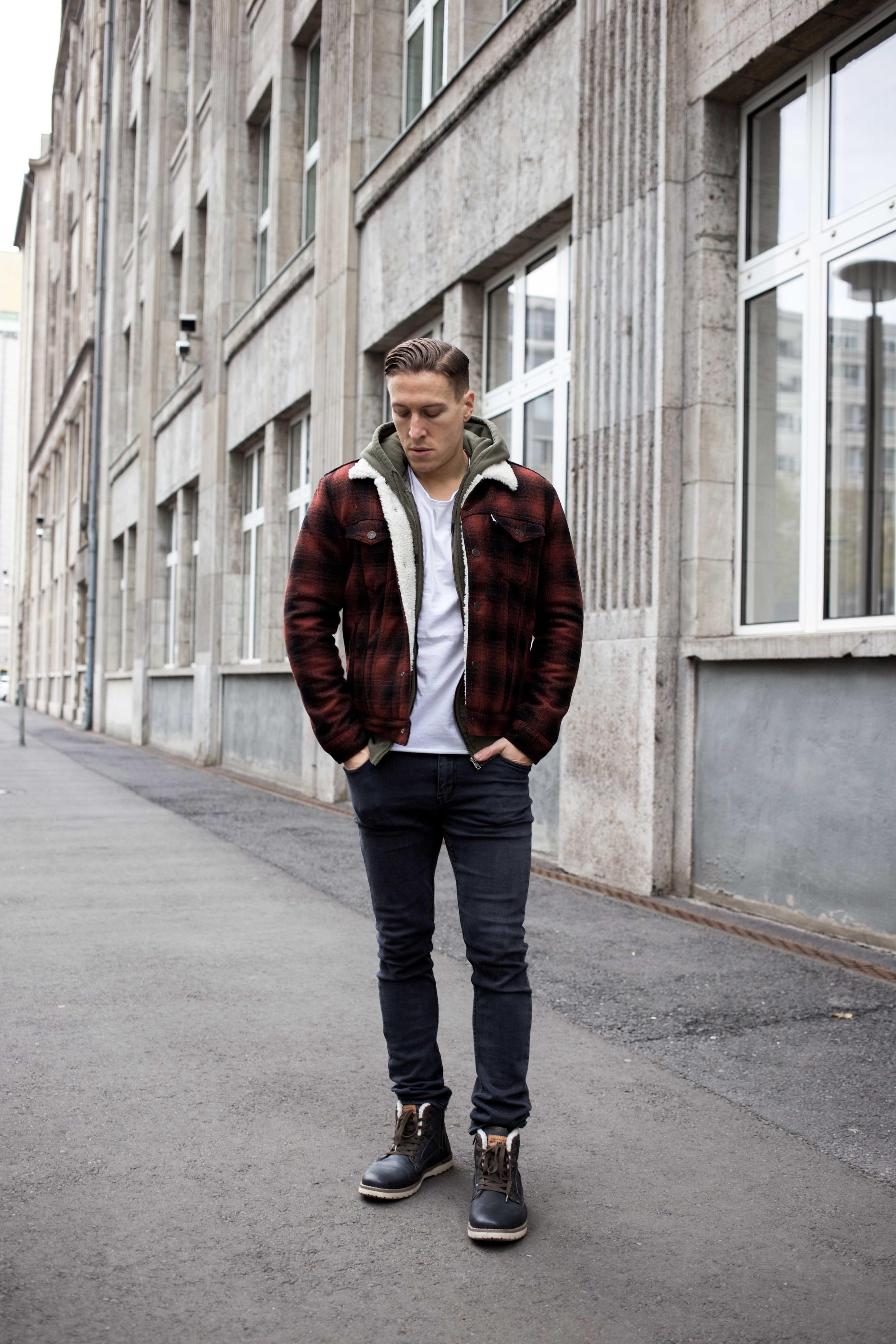 rot-karierte-sherpa-jacke-trucker-jacke-kanadischer-winter-look_6470