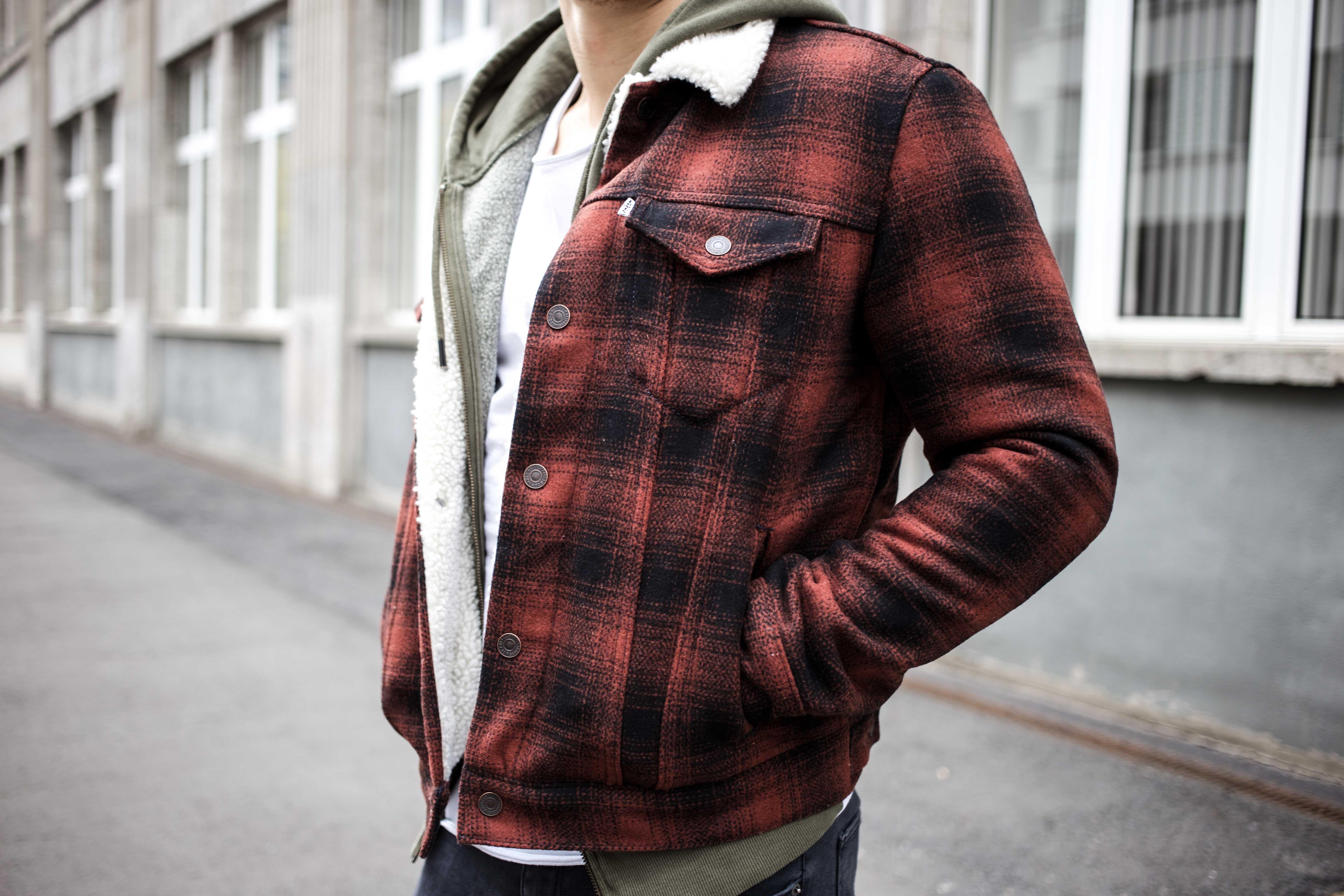 rot-karierte-sherpa-jacke-trucker-jacke-kanadischer-winter-look_6542