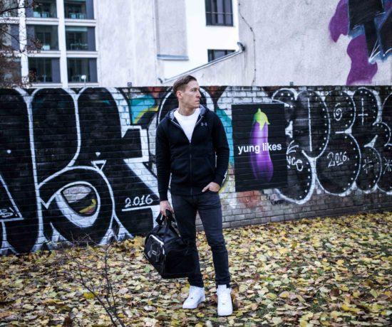 training-sports-look-schwarze-sweatjacke-sporttasche-under-armour_7365