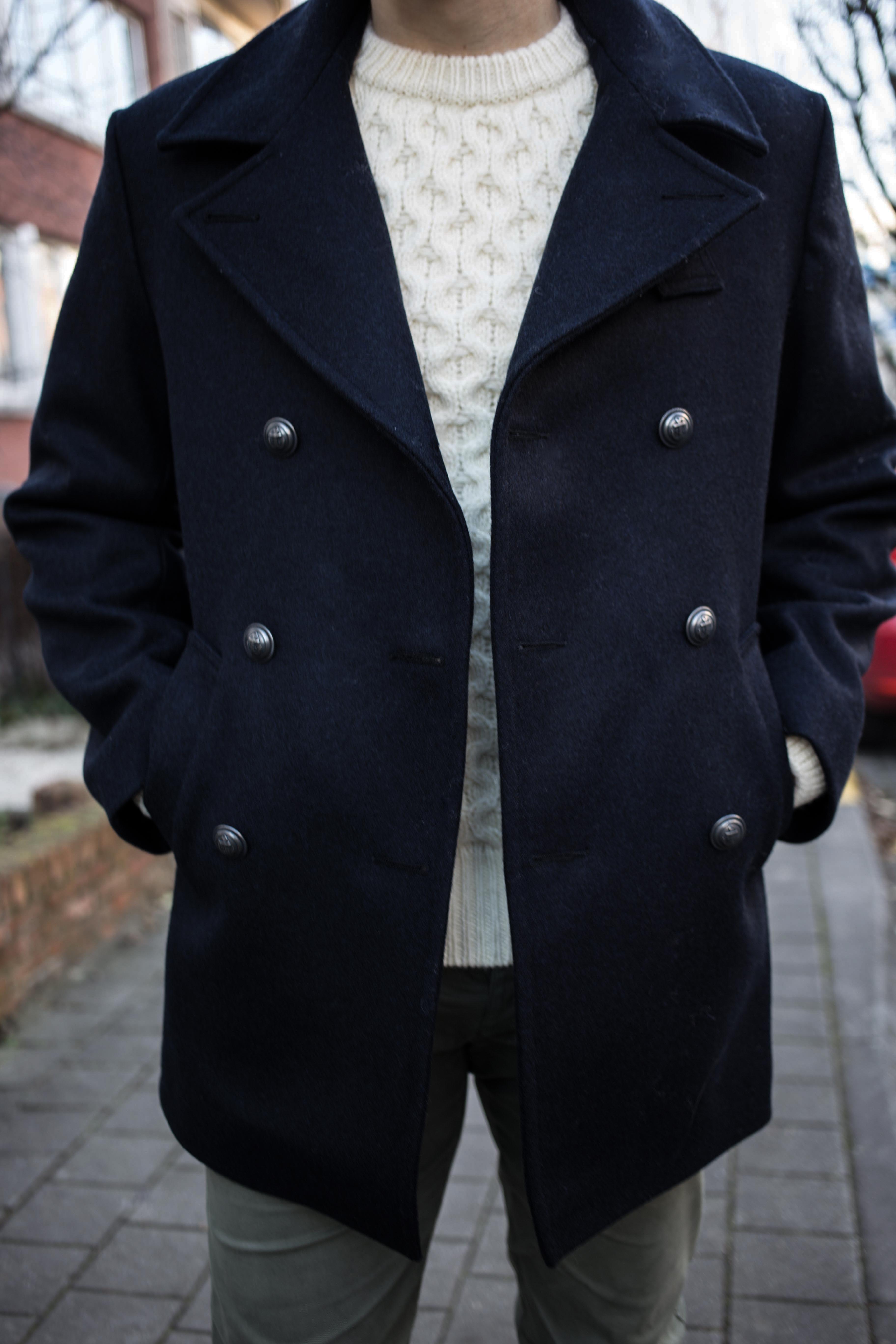 bretonische-cabanjacke-pea-coat-maritimer-look-zweireihige-jacke-beiger-strickpulli-graue-lederstiefel_0091
