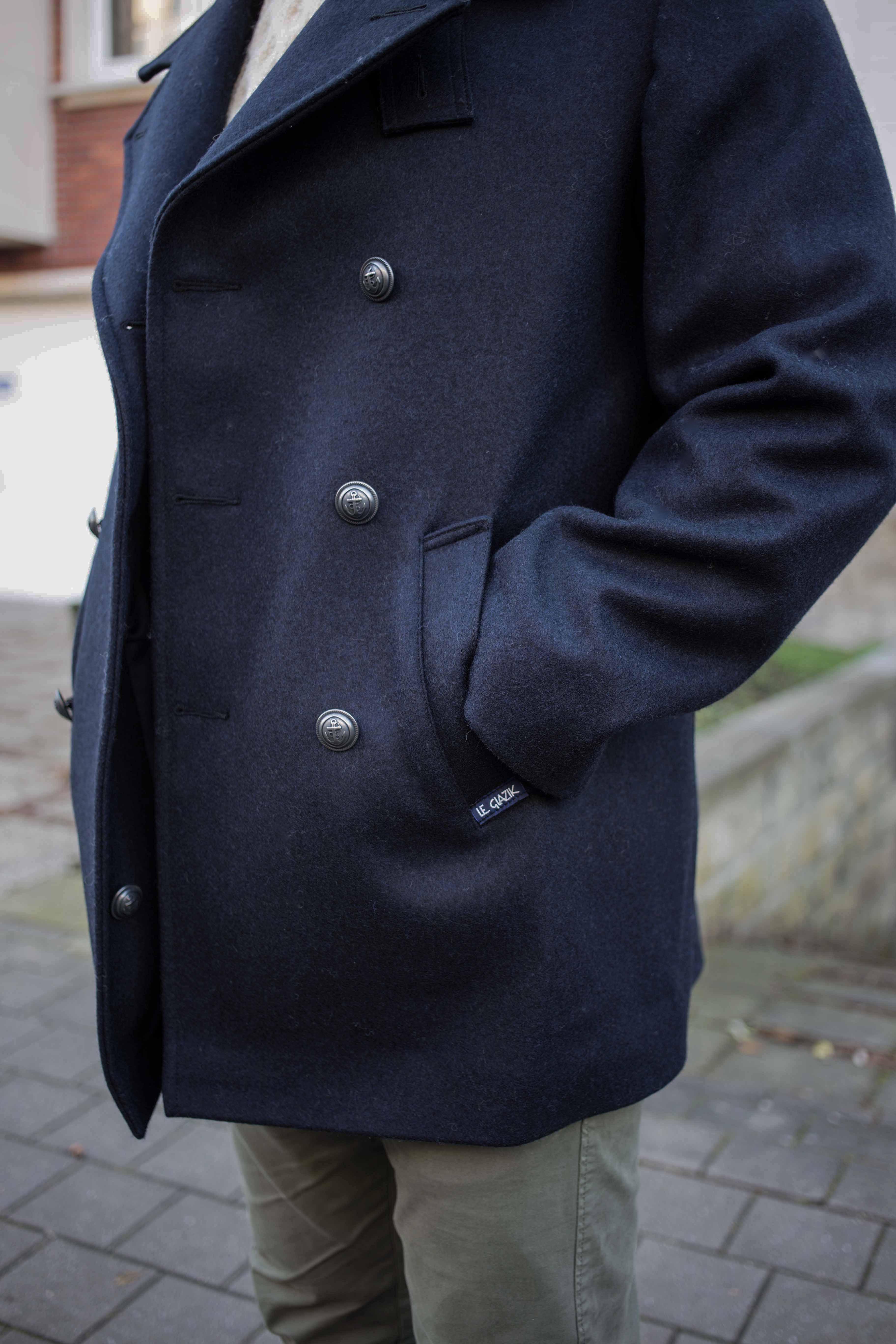 bretonische-cabanjacke-pea-coat-maritimer-look-zweireihige-jacke-beiger-strickpulli-graue-lederstiefel_0104