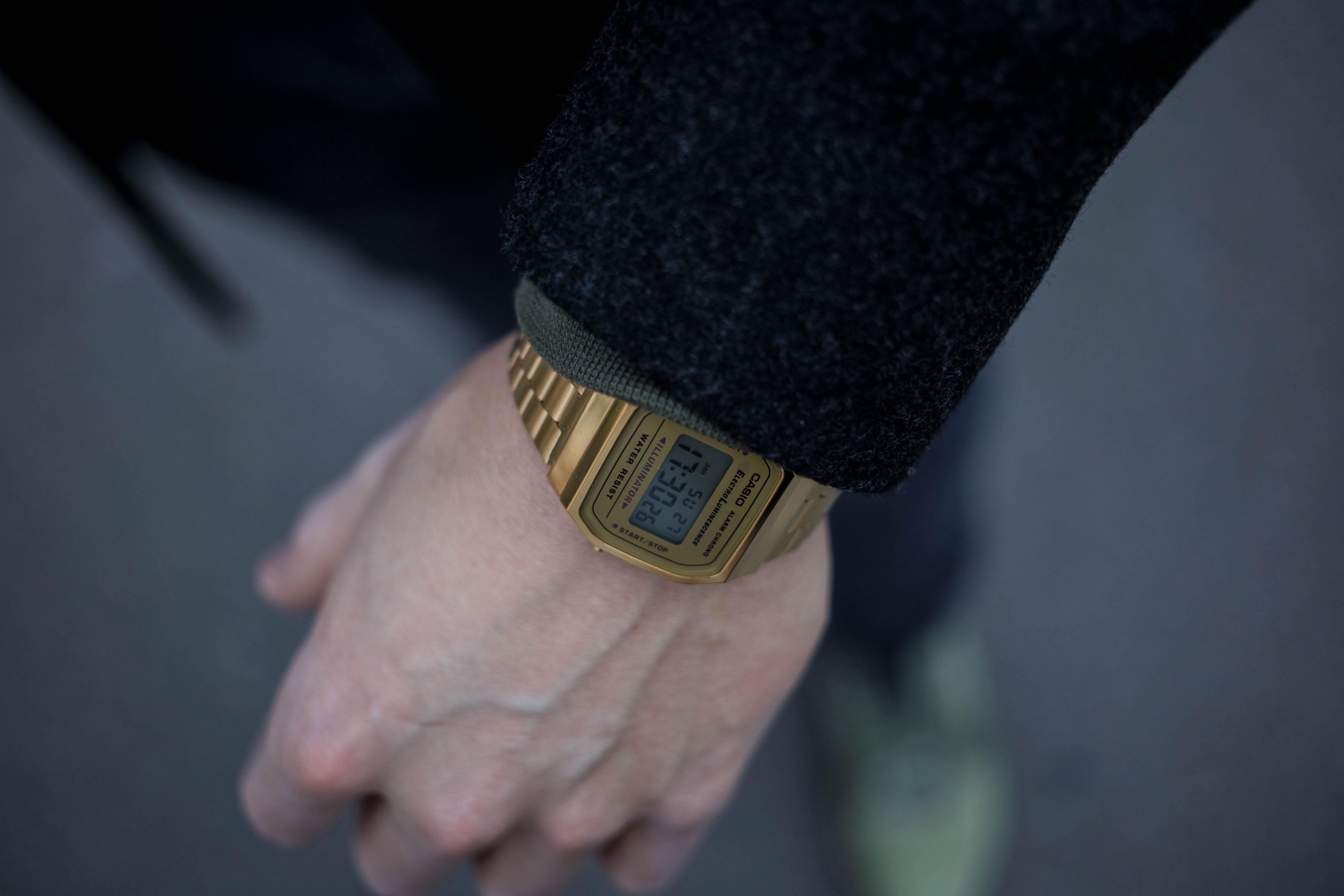 gruener-sweater-gruene-sneaker-modern-street-style-look-casio-uhr-modeblog-maennermode-berlin_8605