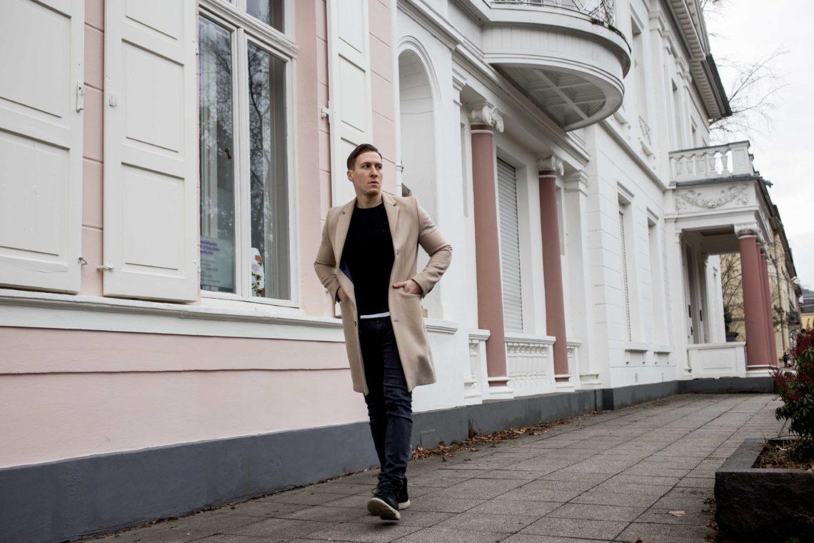 Camel-Coat-beiger-Mantel-All-Black-Look-Modern-Street-Style-Timberland-Flyroam_9816