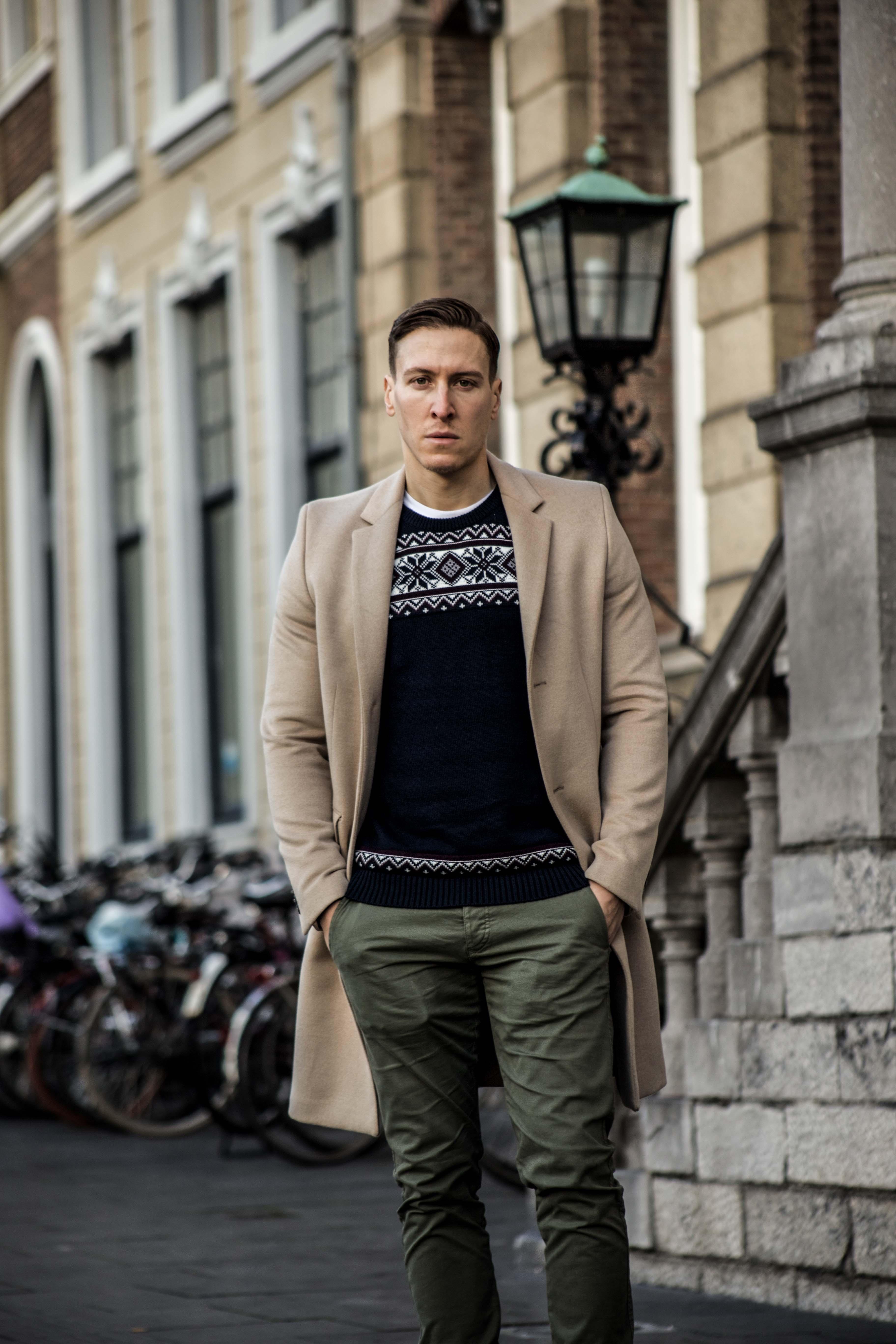 camel-coat-khaki-chino-roermond-outift-norweger-pullover-blau-streetstyle_0394