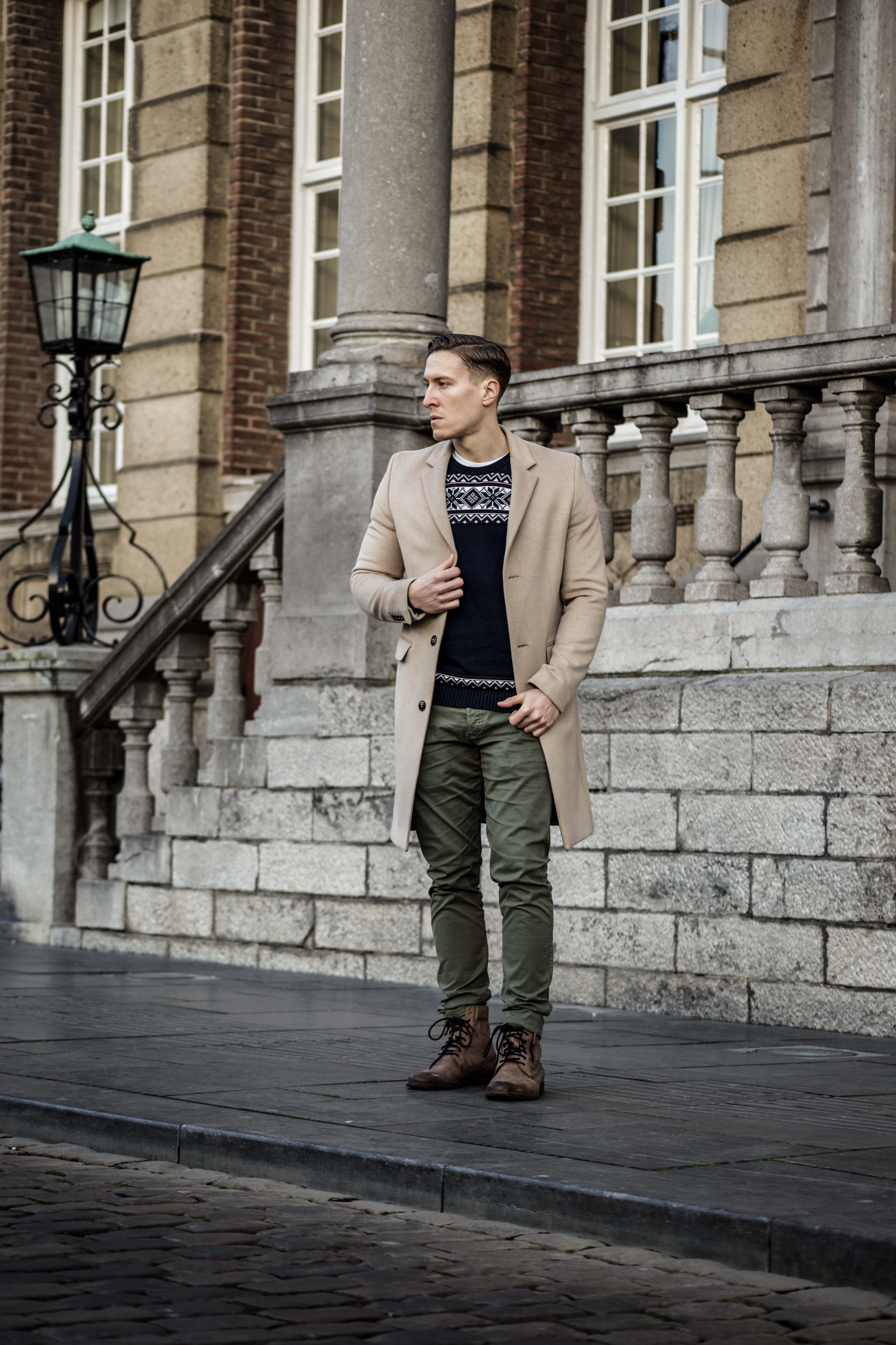 camel-coat-khaki-chino-roermond-outift-norweger-pullover-blau-streetstyle_0404