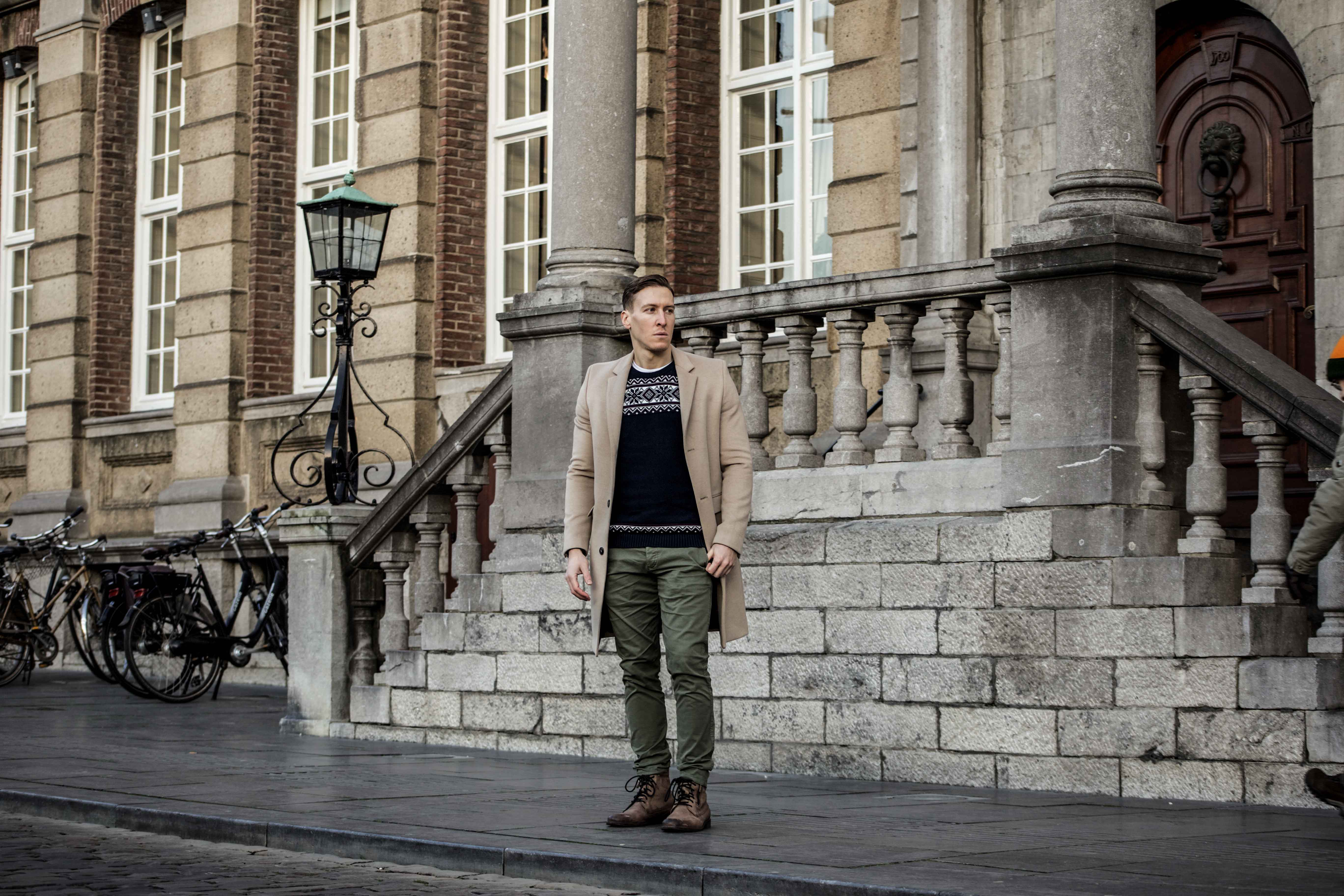 camel-coat-khaki-chino-roermond-outift-norweger-pullover-blau-streetstyle_0427