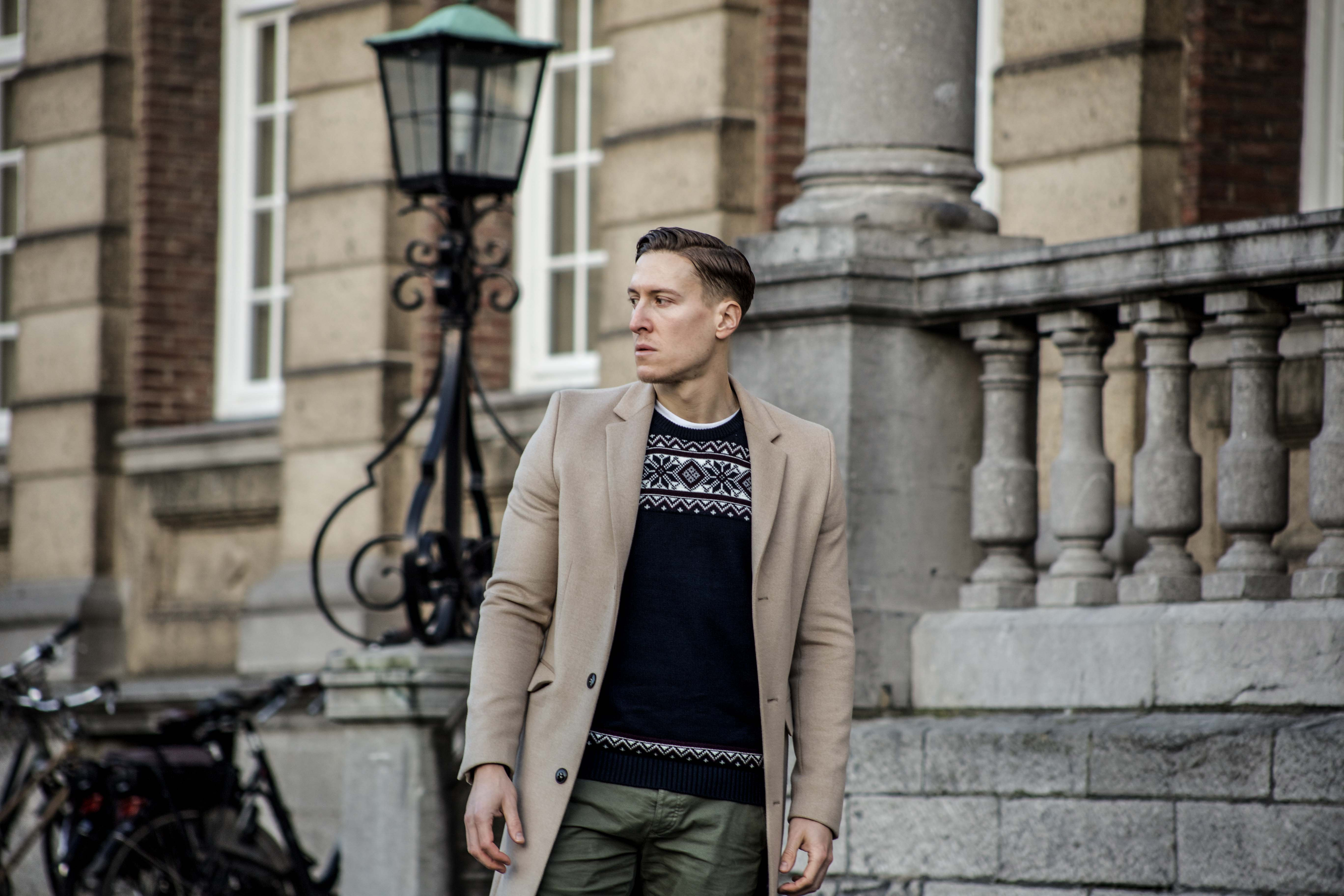 camel-coat-khaki-chino-roermond-outift-norweger-pullover-blau-streetstyle_0454