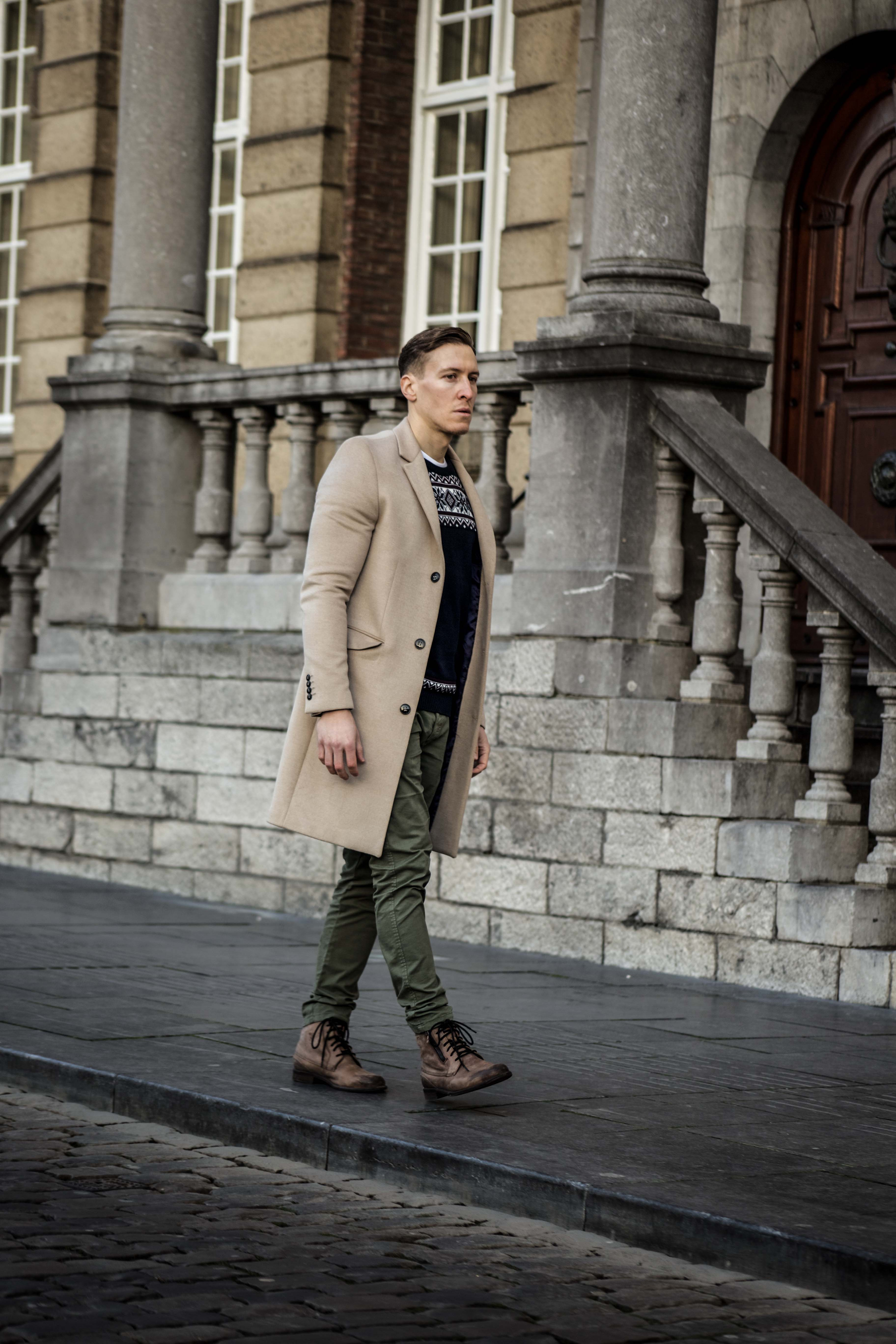 camel-coat-khaki-chino-roermond-outift-norweger-pullover-blau-streetstyle_0476