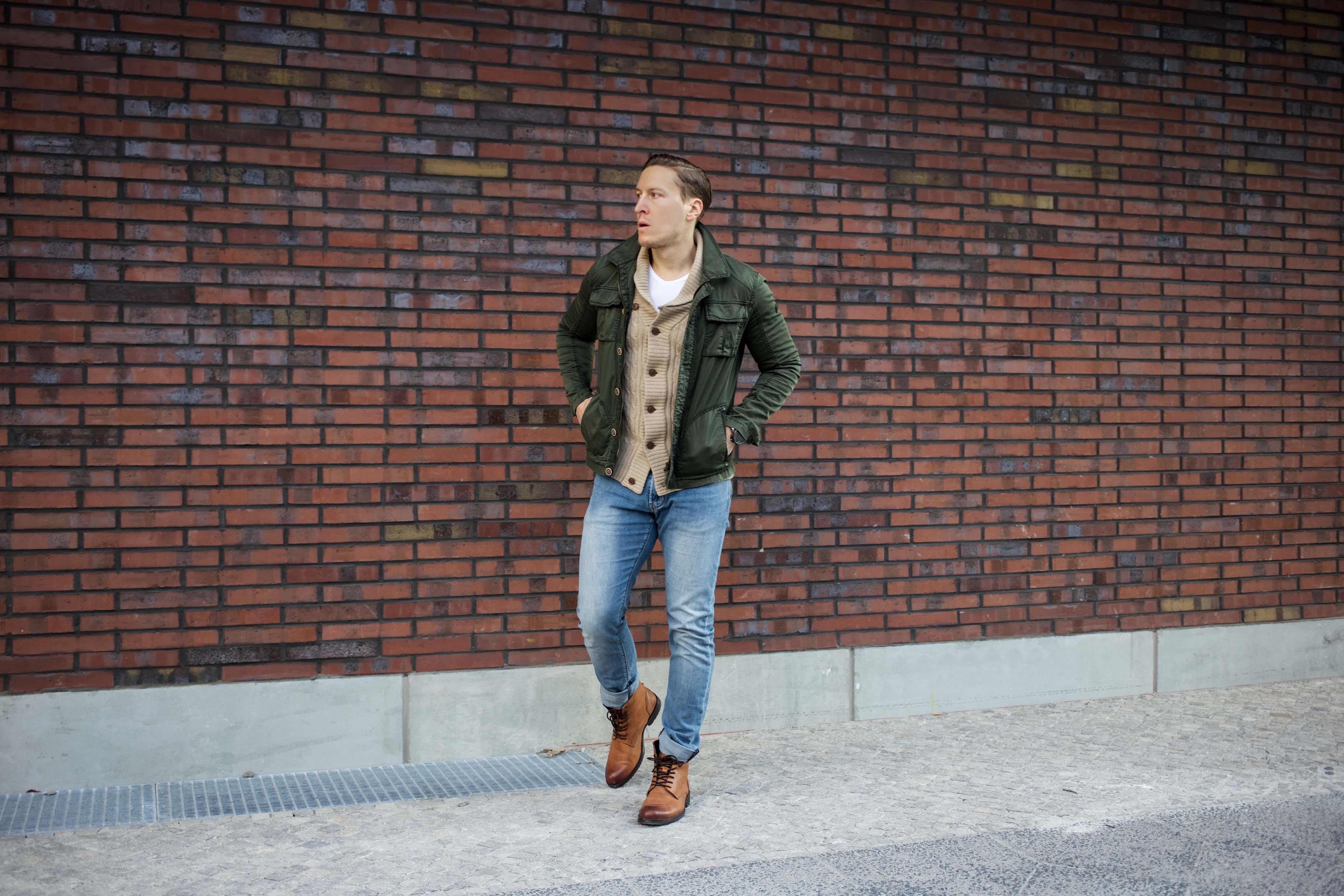 strickjacke-kombinieren-männer-beige-cardigan-blue-jeans-fashionblog-berlin-modeblog_8967