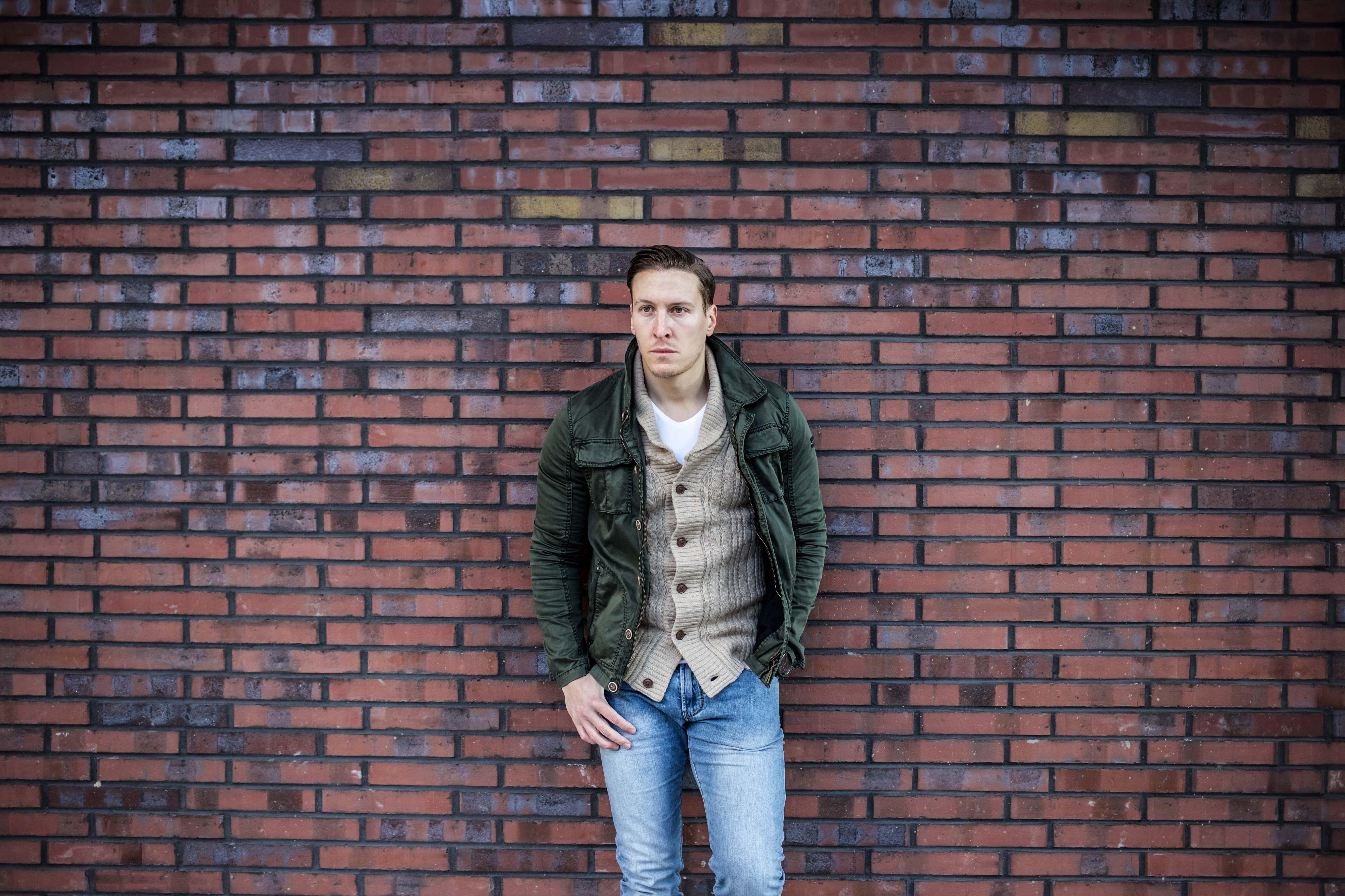 strickjacke-kombinieren-männer-beige-cardigan-blue-jeans-fashionblog-berlin-modeblog_9028