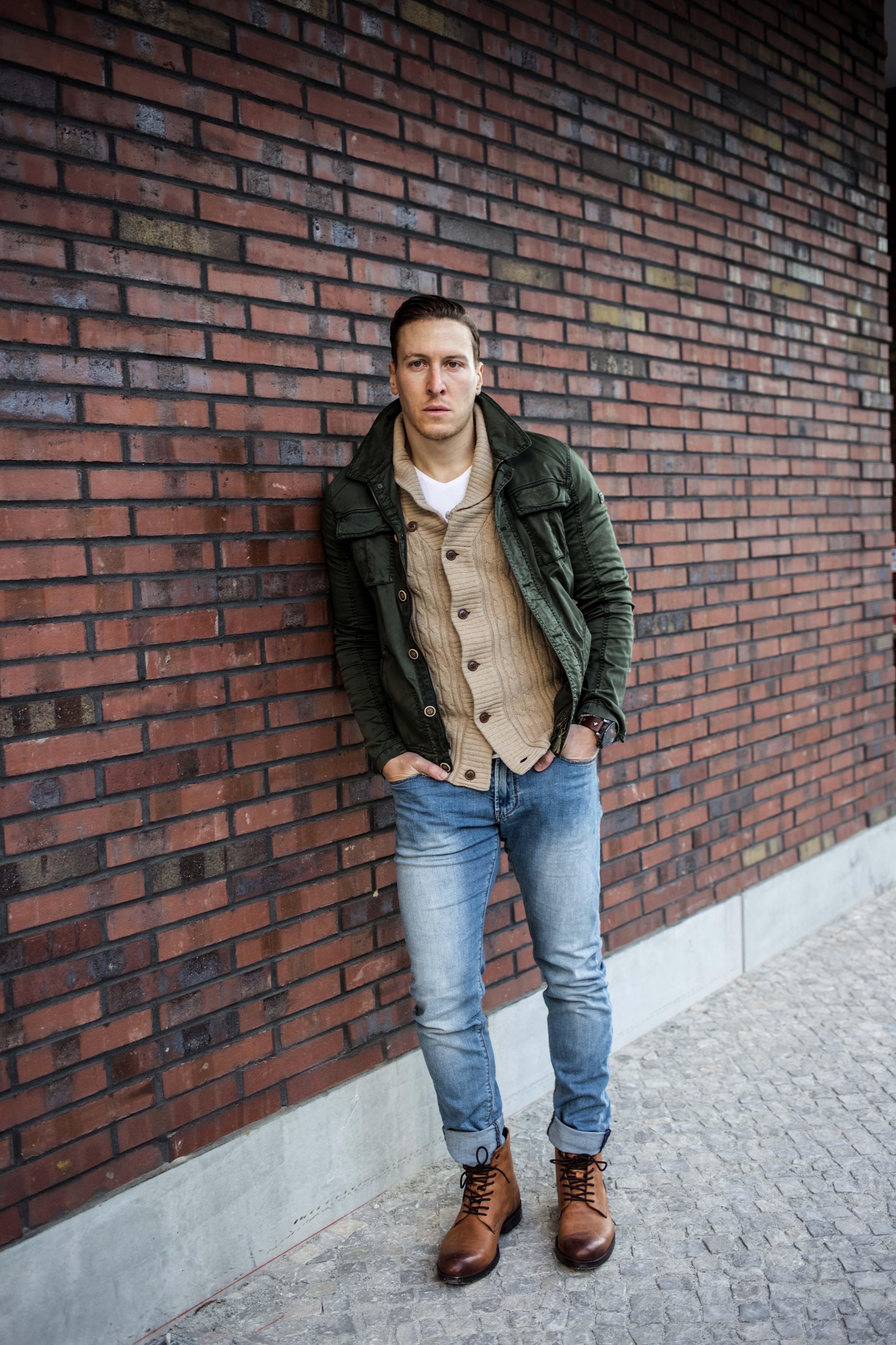 strickjacke-kombinieren-männer-beige-cardigan-blue-jeans-fashionblog-berlin-modeblog_9051