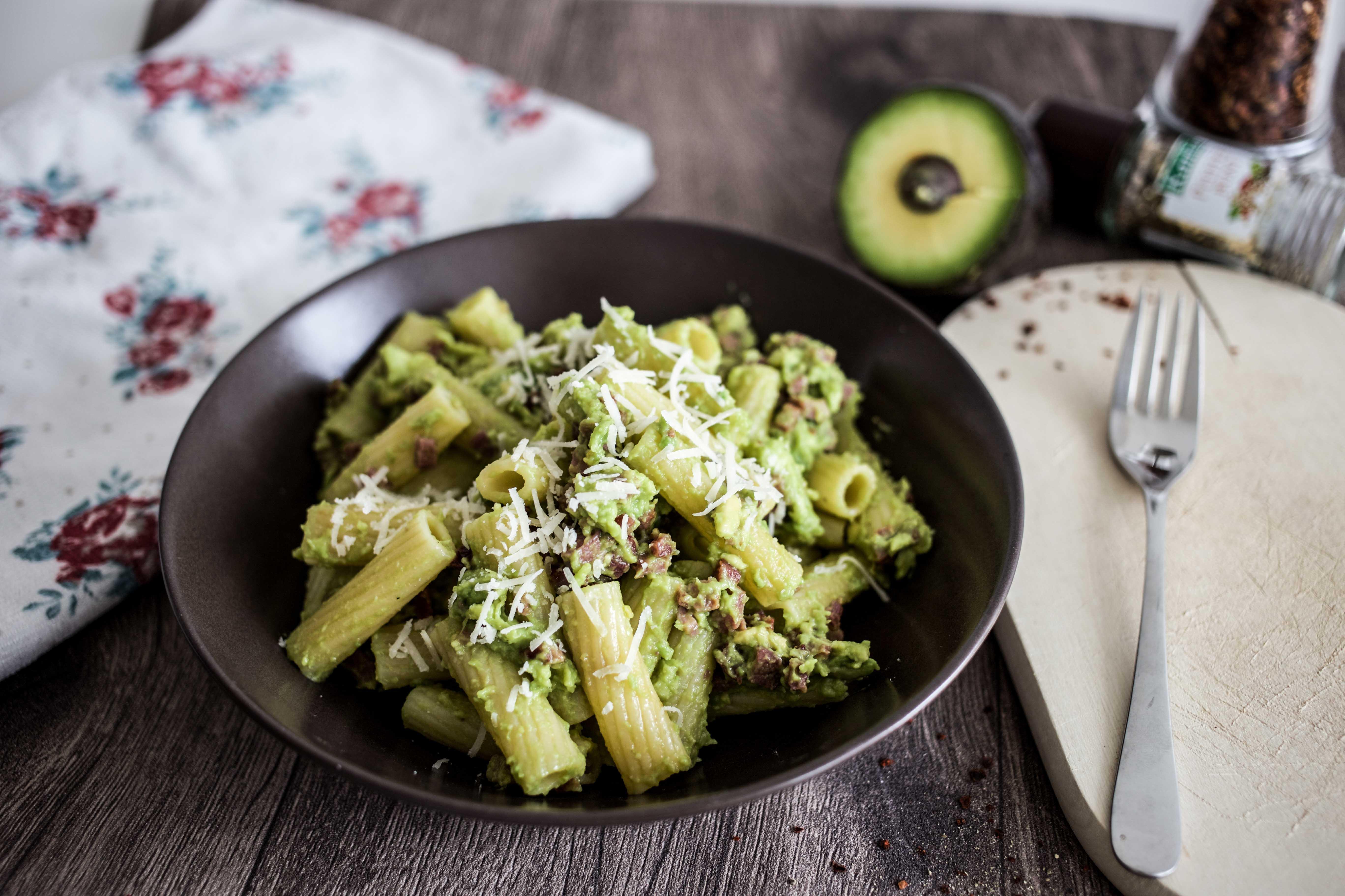 avocado carbonara rezept die trend frucht mit pasta. Black Bedroom Furniture Sets. Home Design Ideas