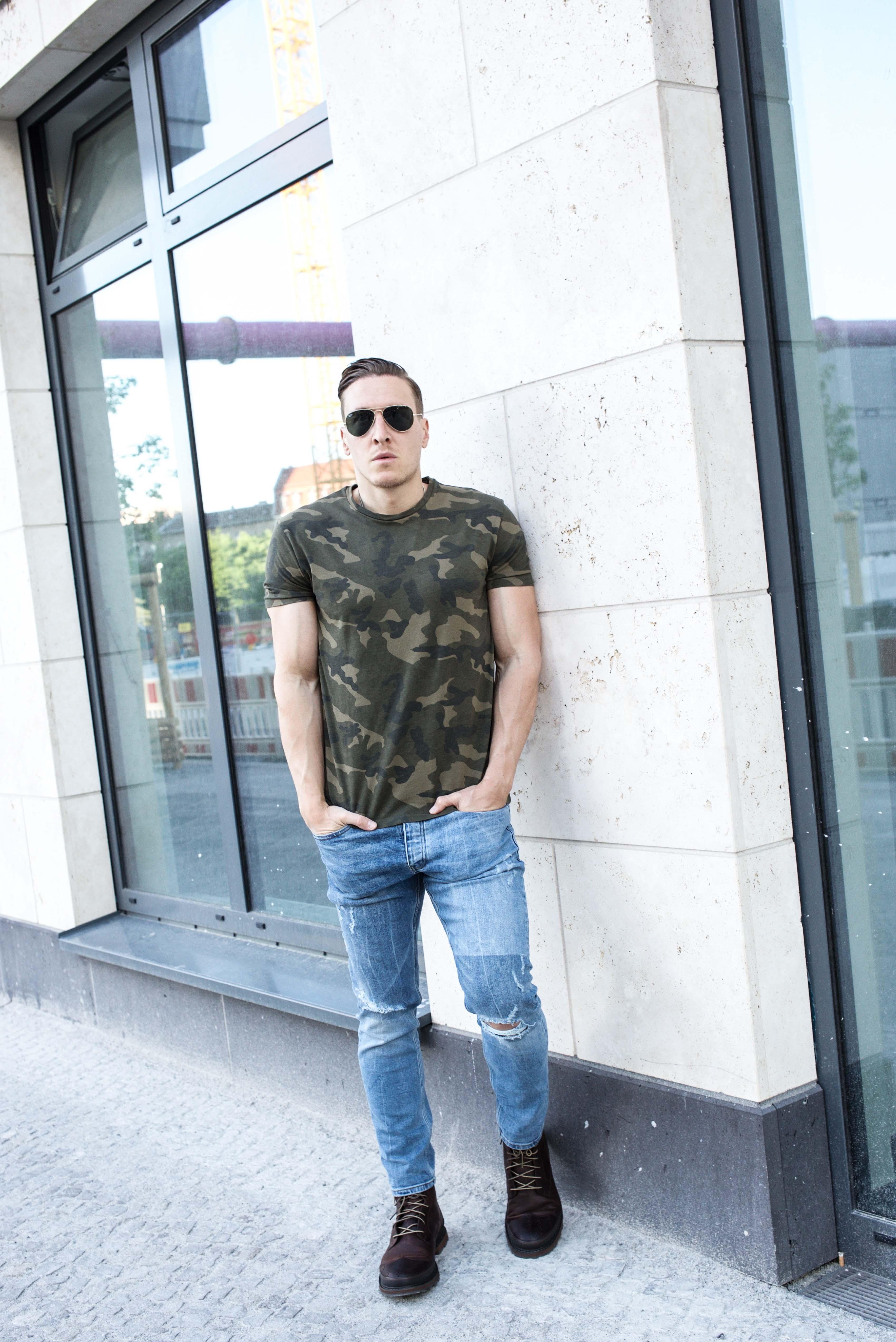 camouflage-braun-erdtöne-boots-ripped-jeans-männer-lifestyle-modeblog_6812