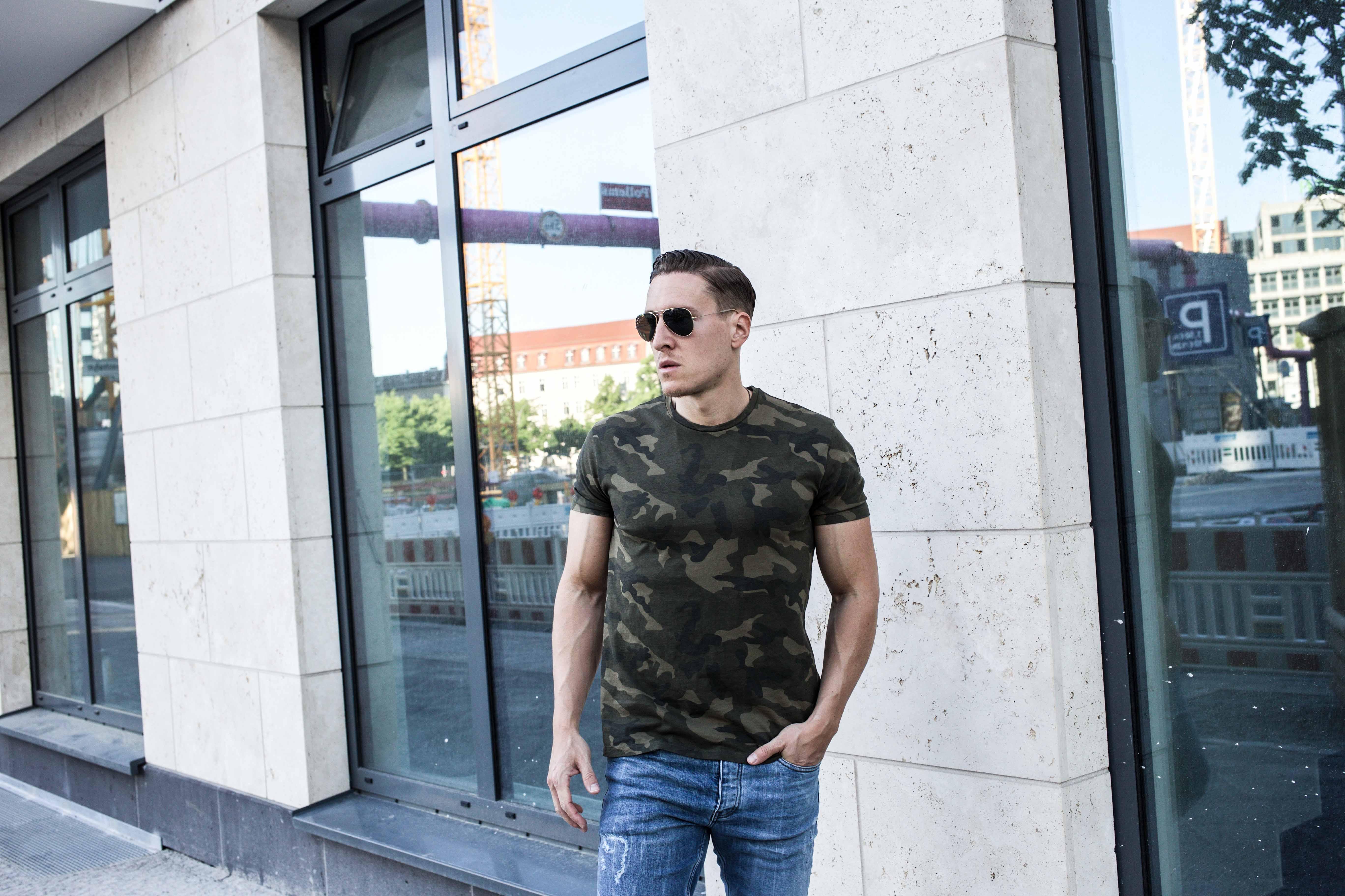 camouflage-braun-erdtöne-boots-ripped-jeans-männer-lifestyle-modeblog_6850