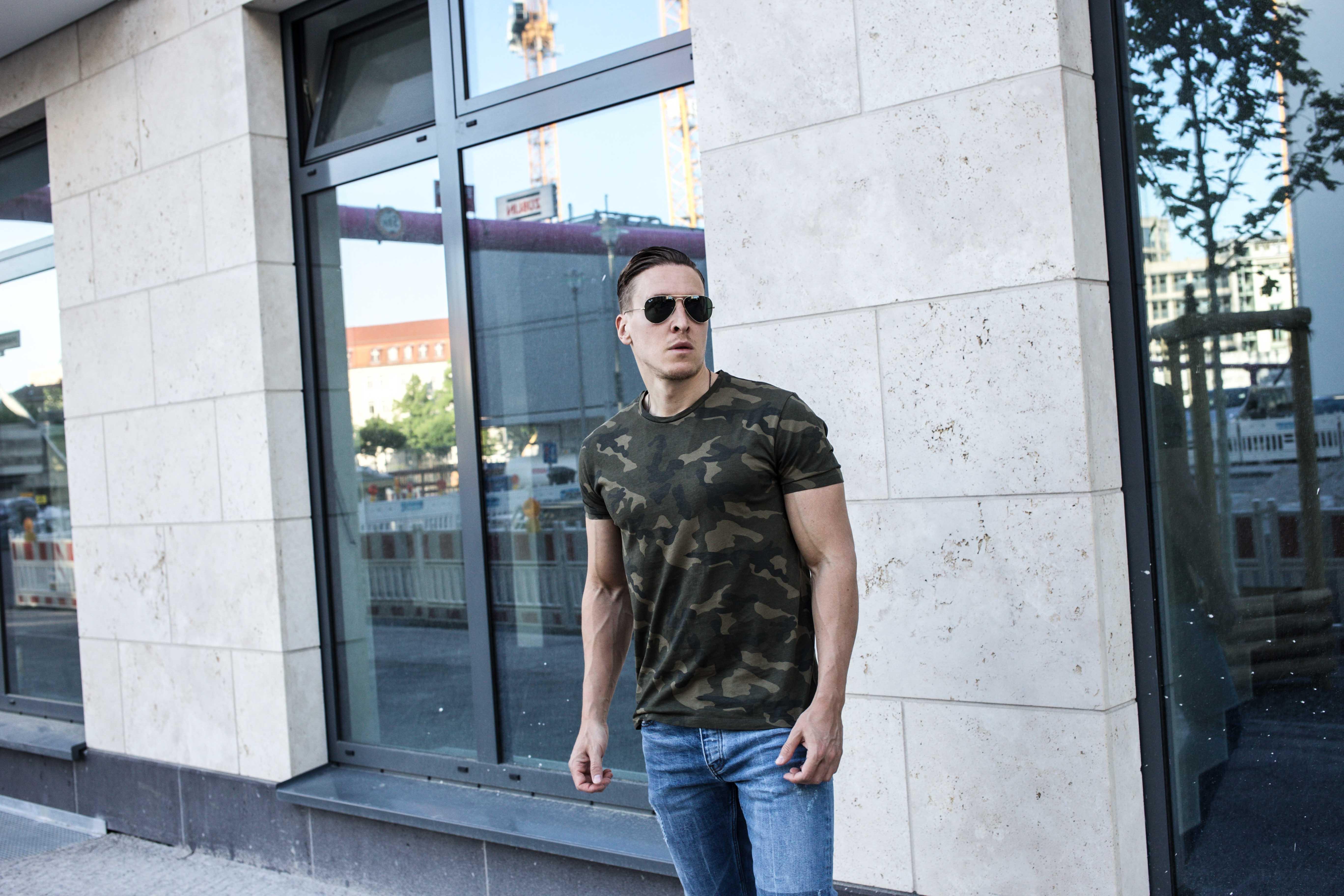 camouflage-braun-erdtöne-boots-ripped-jeans-männer-lifestyle-modeblog_6856