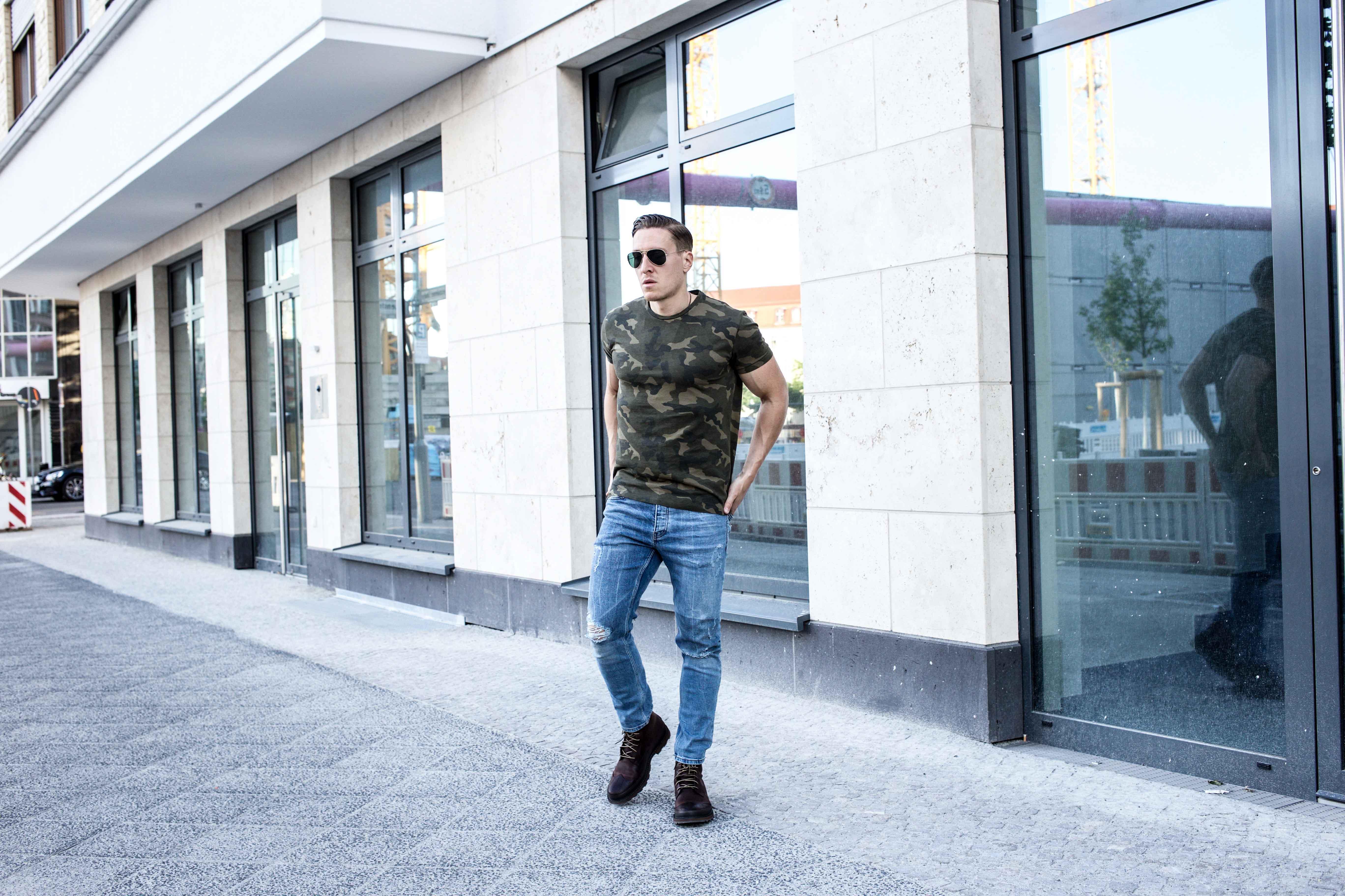 camouflage-braun-erdtöne-boots-ripped-jeans-männer-lifestyle-modeblog_6882