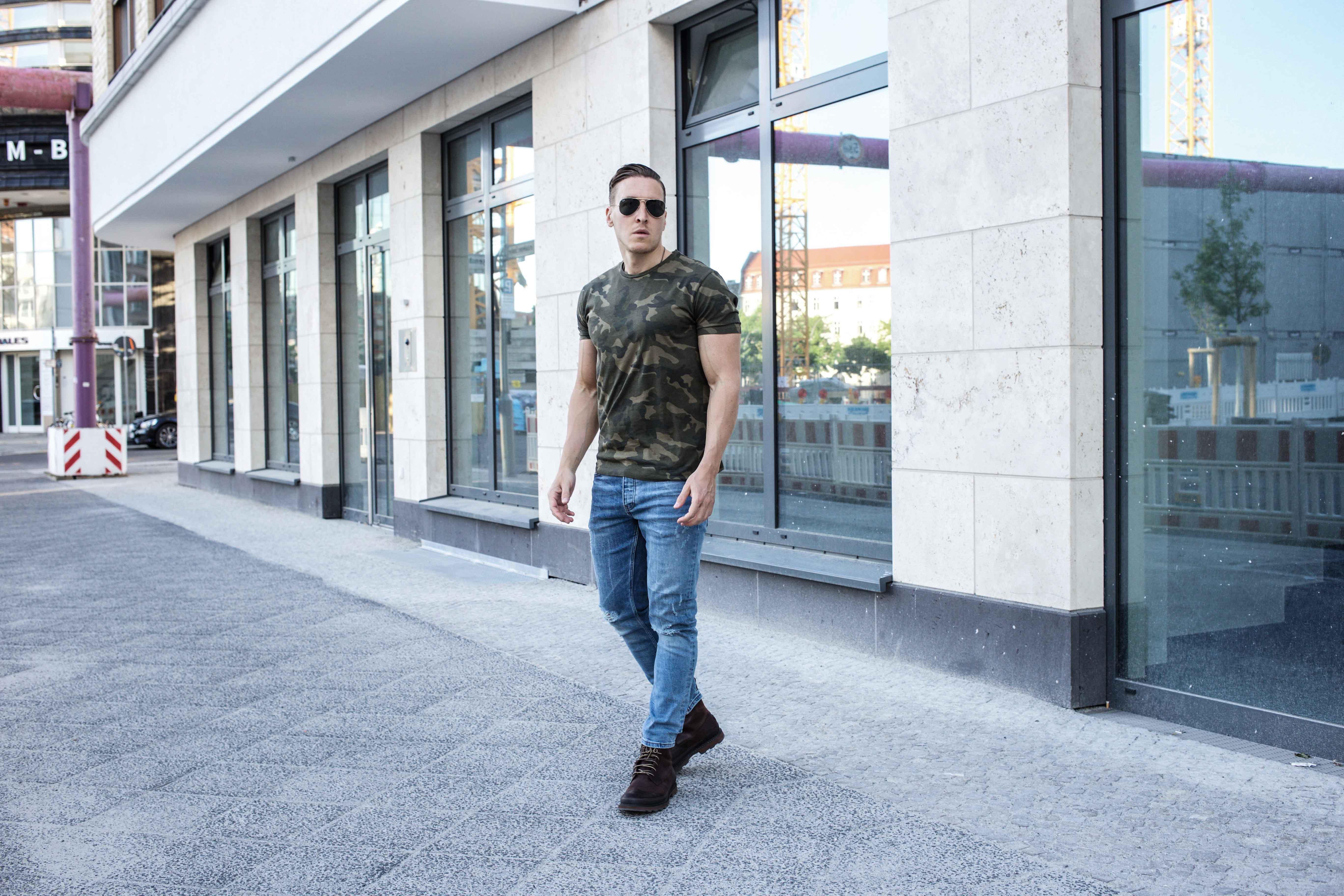 camouflage-braun-erdtöne-boots-ripped-jeans-männer-lifestyle-modeblog_6886