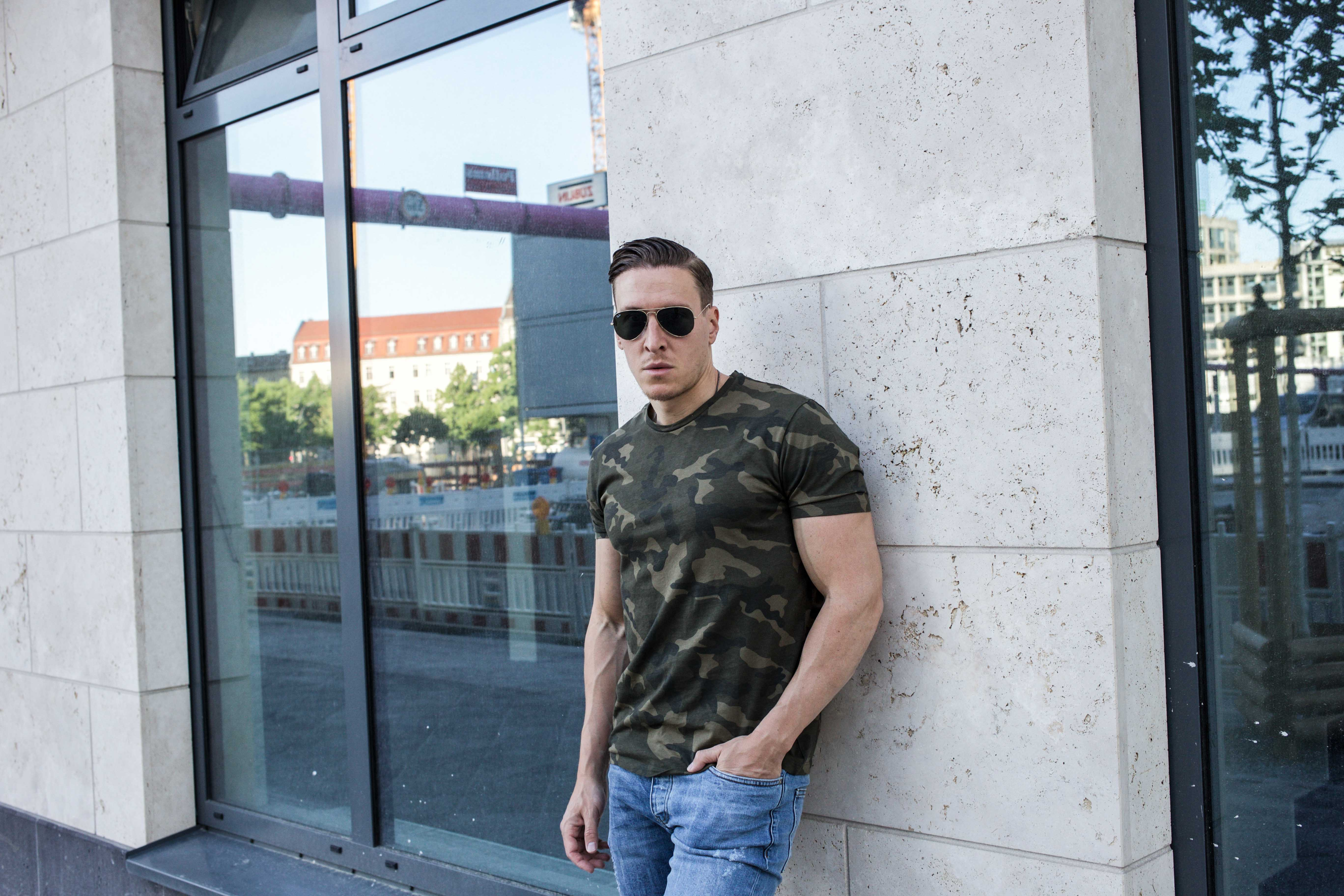 camouflage-braun-erdtöne-boots-ripped-jeans-männer-lifestyle-modeblog_6921