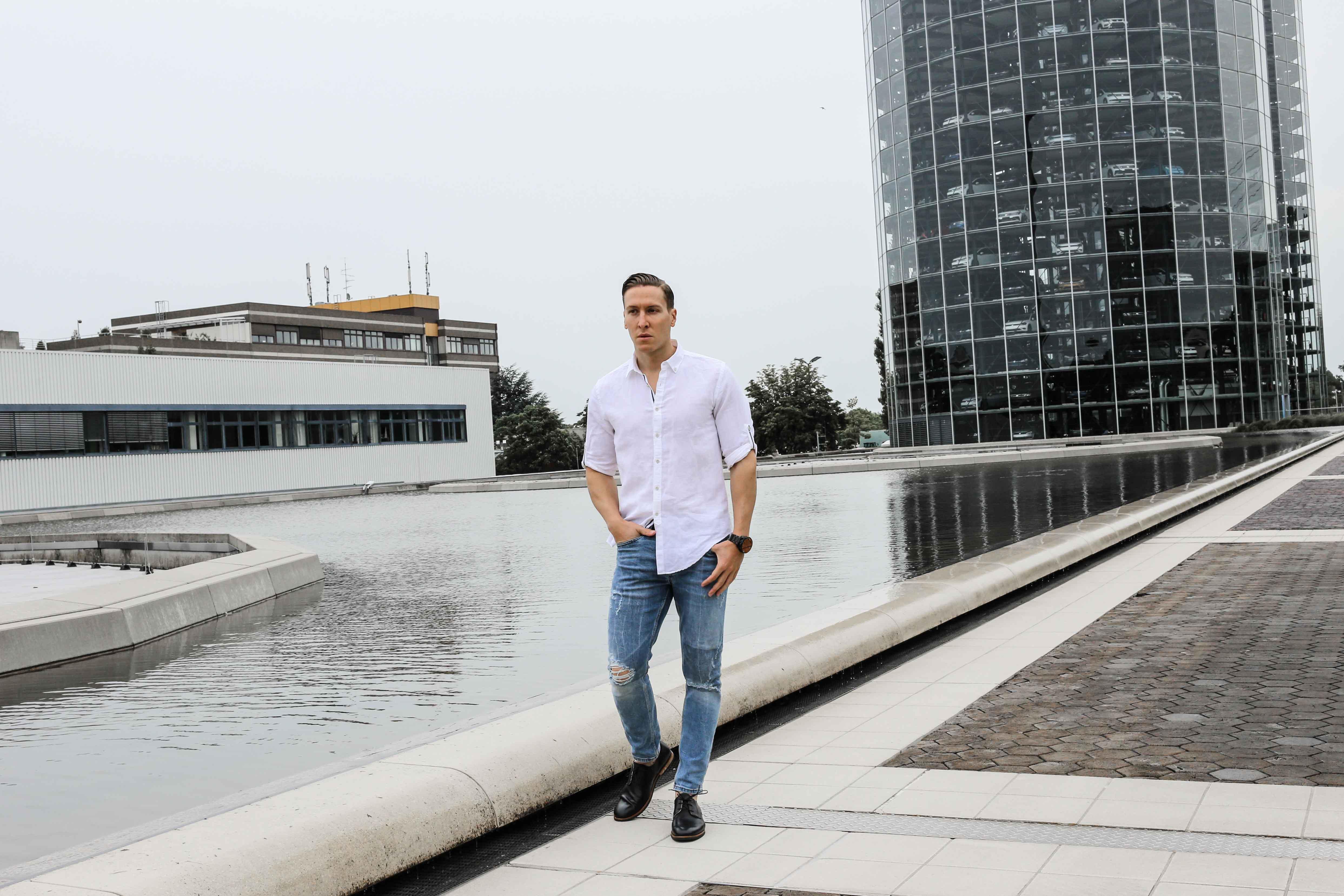 sommer-look-weißes-leinenhemd-ripped-blue-jeans-freizeit-lederschuhe-modeblog-männerblog_0348