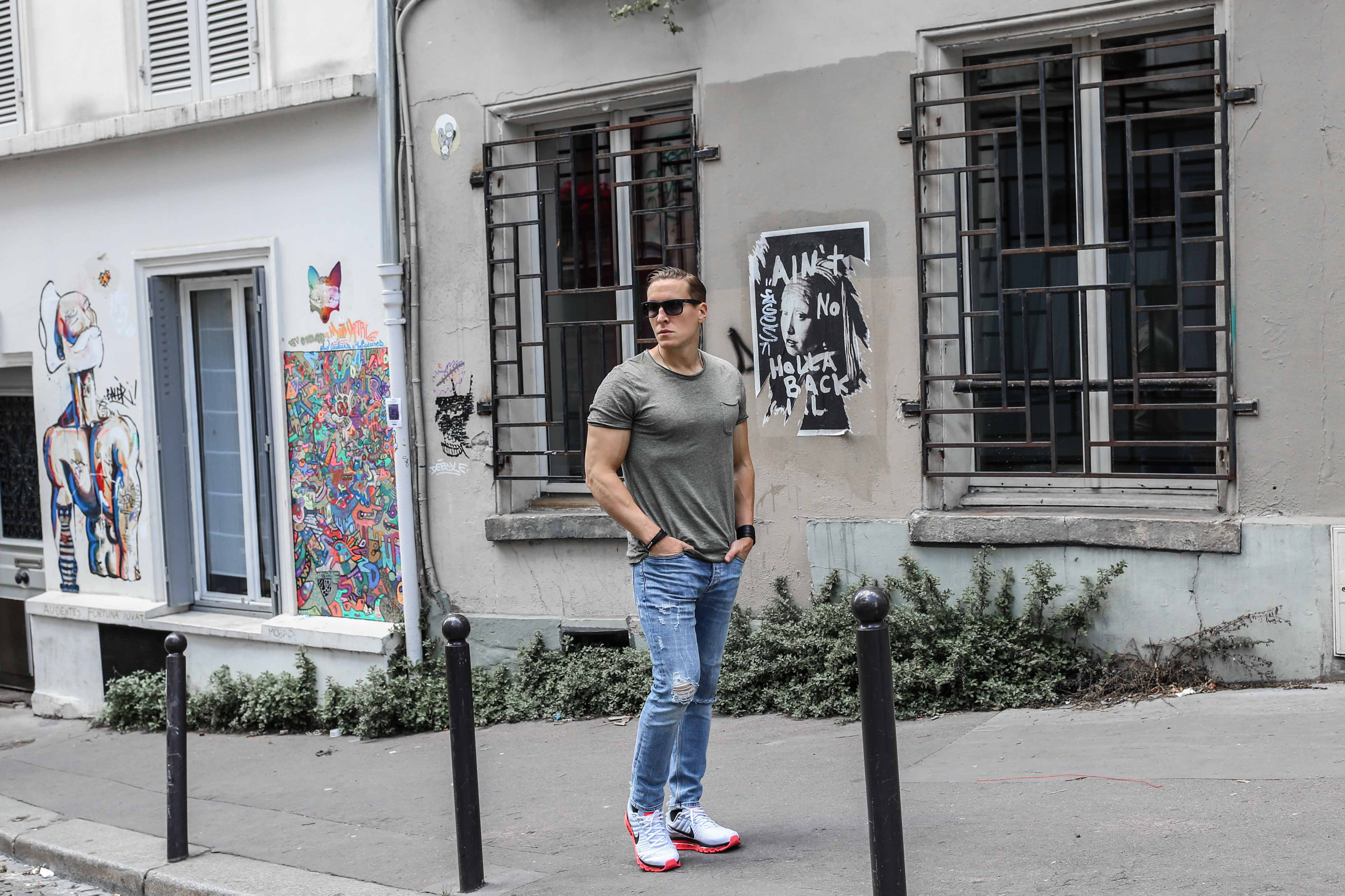 männerblog-modeblog-outfit-paris-basic-look-grünes-tshirt-ripped-jeans-nike-air-max-2017_2298