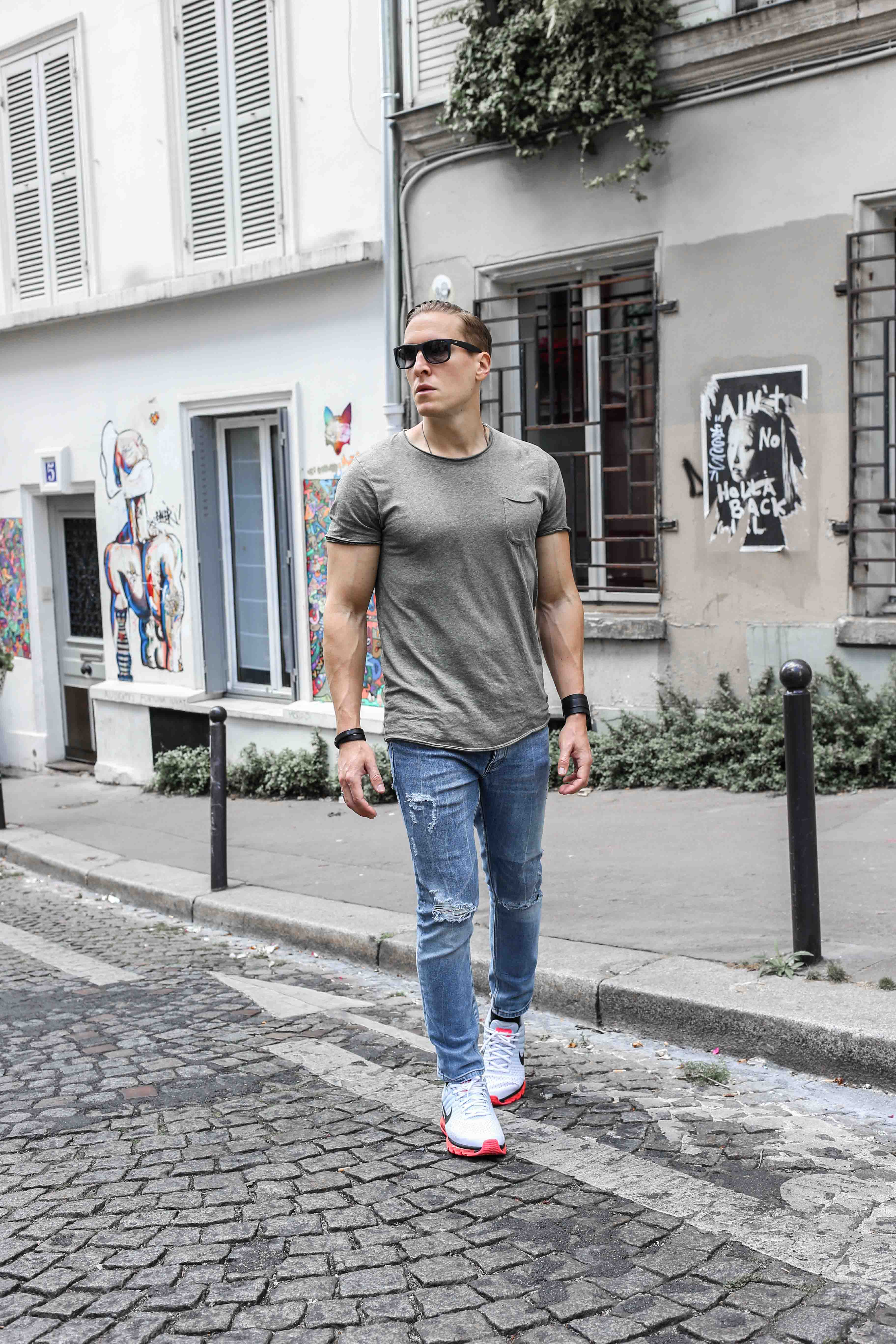 männerblog-modeblog-outfit-paris-basic-look-grünes-tshirt-ripped-jeans-nike-air-max-2017_2328