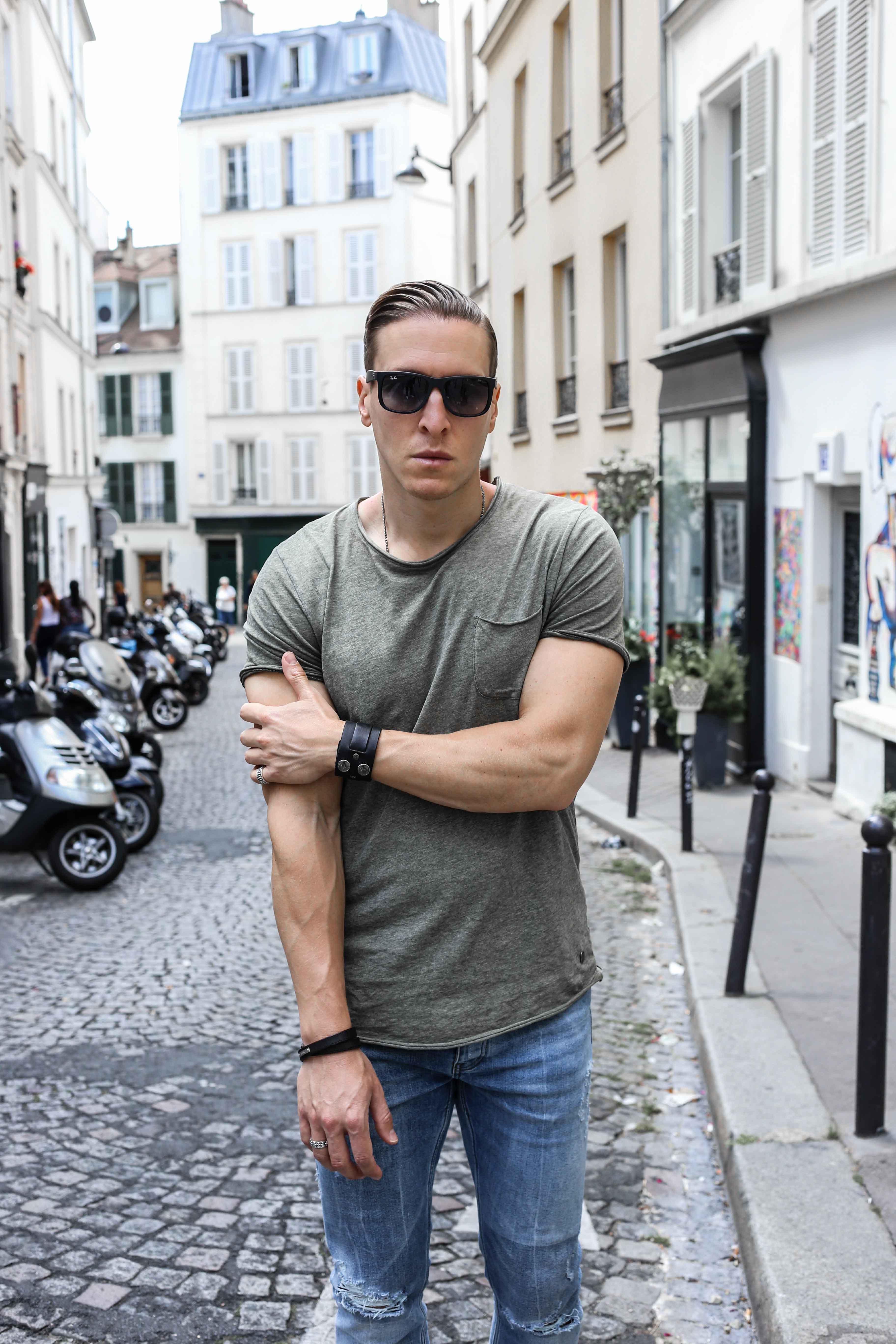 männerblog-modeblog-outfit-paris-basic-look-grünes-tshirt-ripped-jeans-nike-air-max-2017_2349