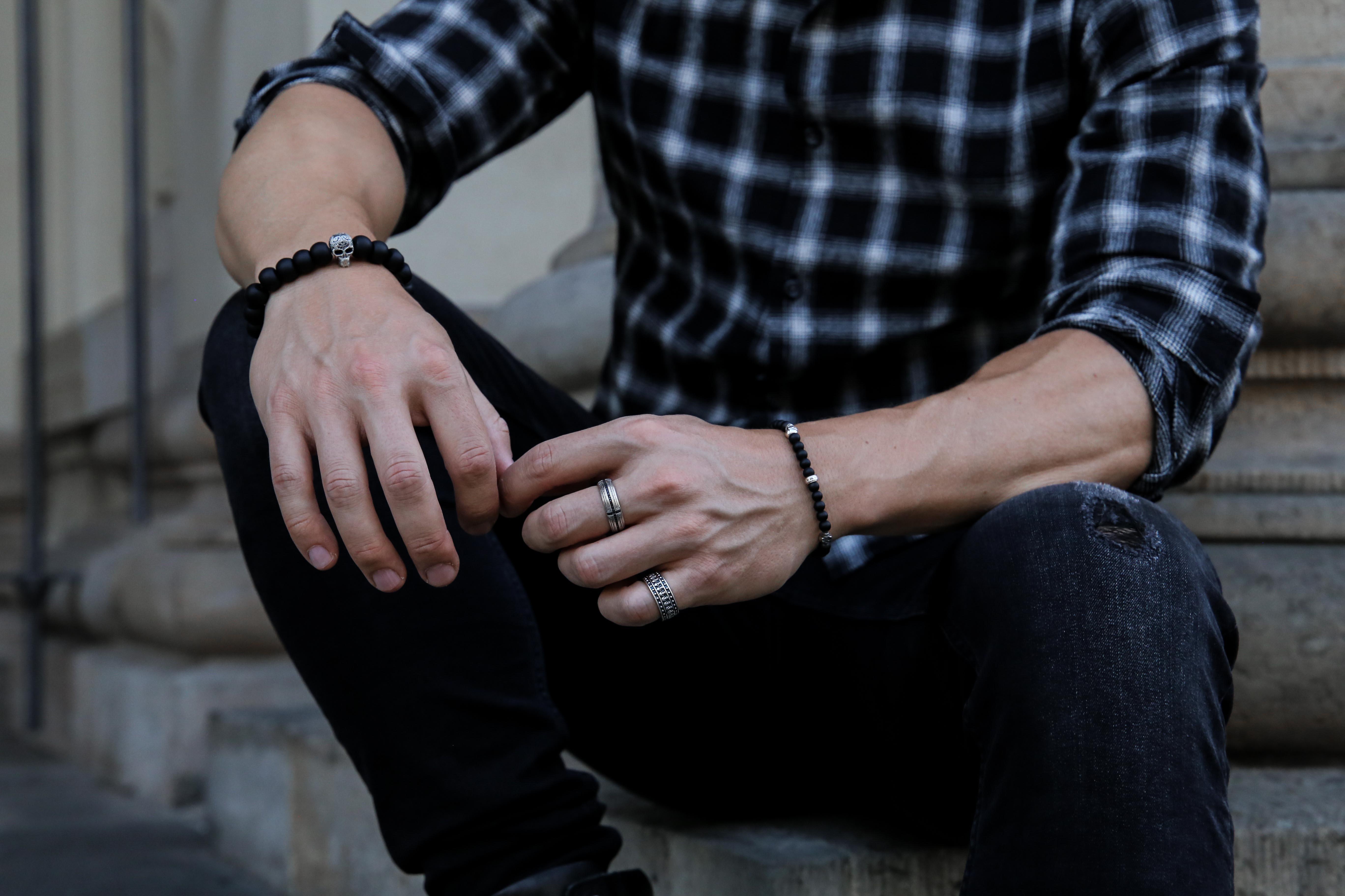september-outfit-schwarzes-karohemd-totenkopf-armbänder-modeblog-fashionlook-männerblog_9646
