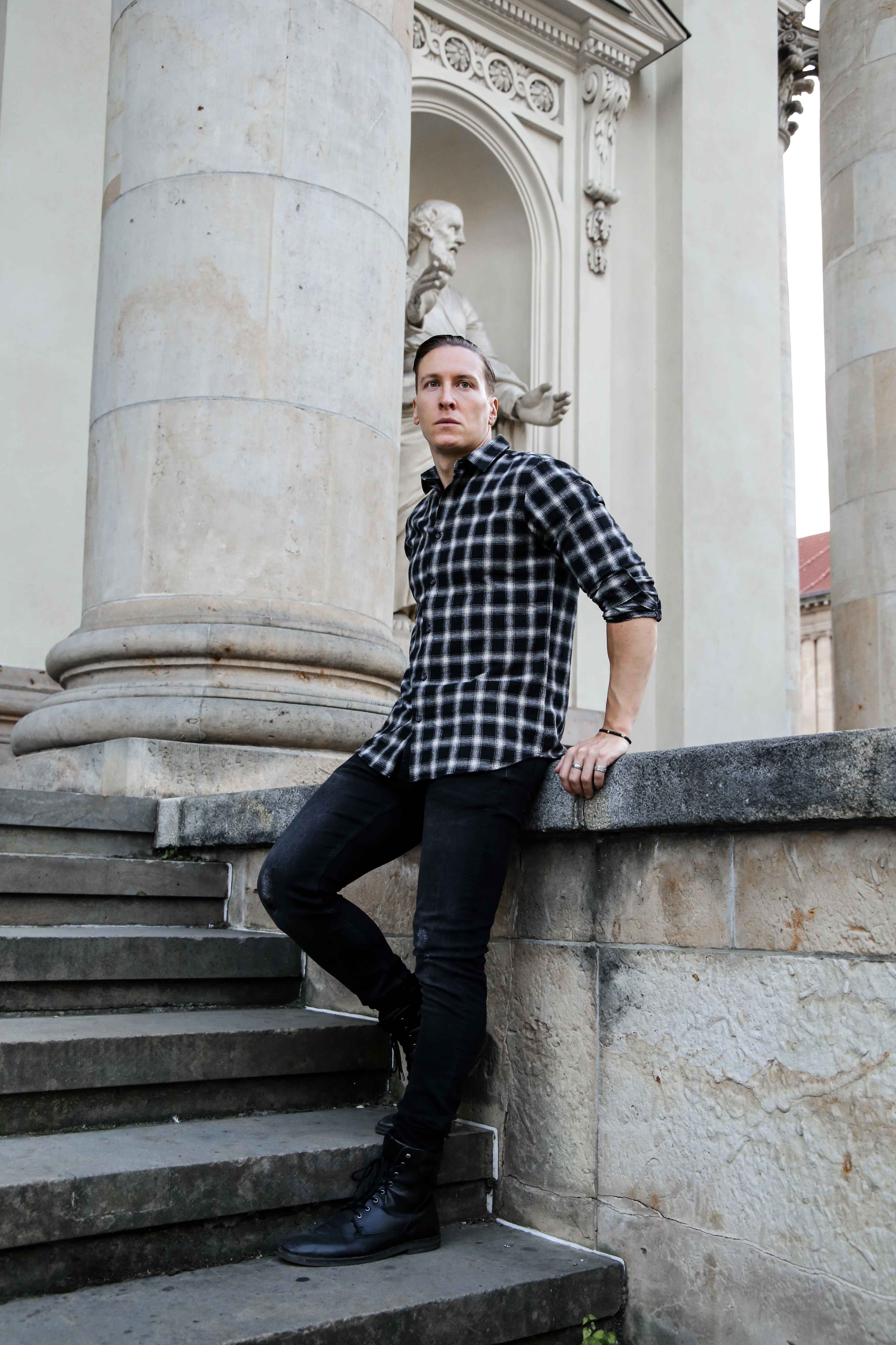 september-outfit-schwarzes-karohemd-totenkopf-armbänder-modeblog-fashionlook-männerblog_9702