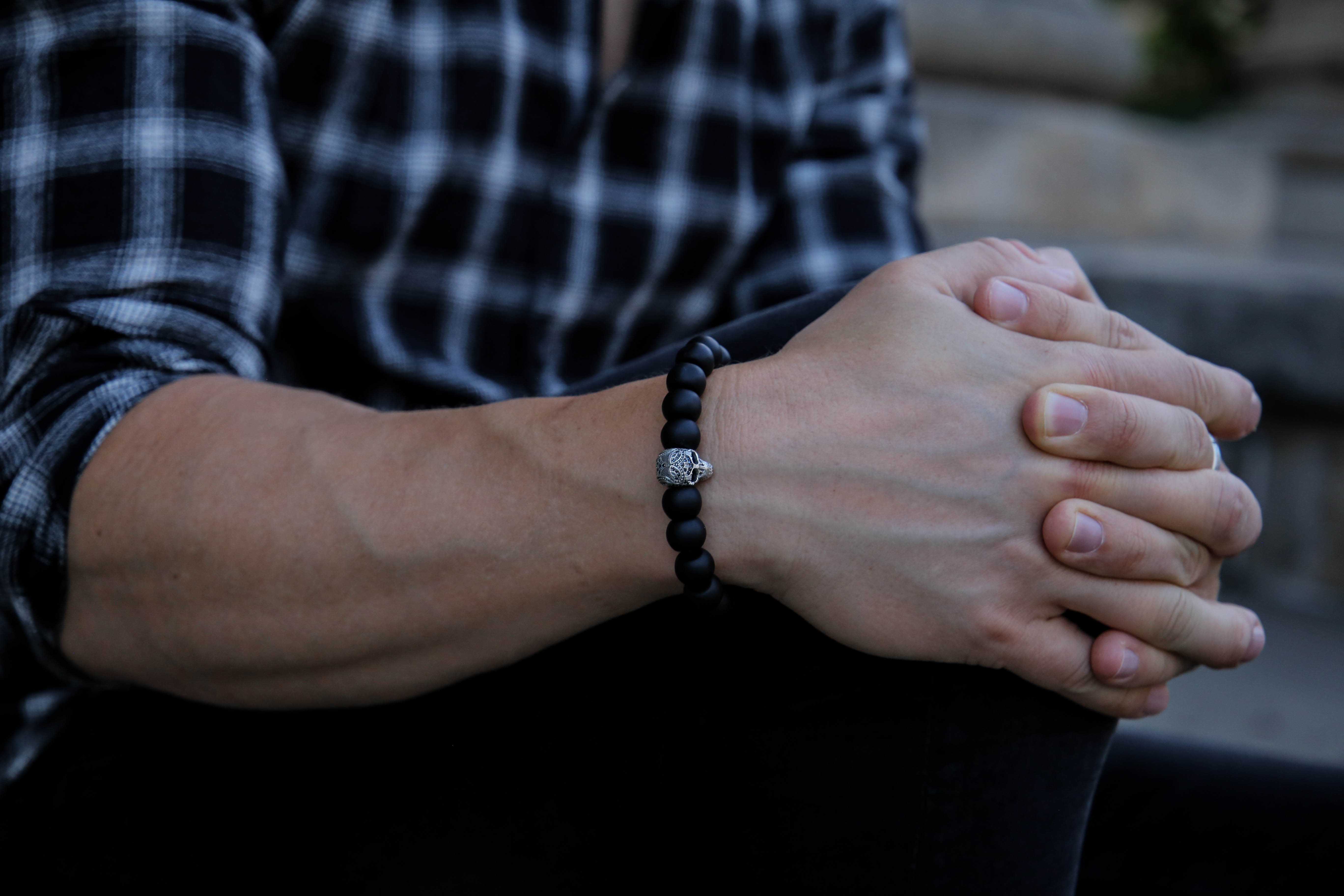 september-outfit-schwarzes-karohemd-totenkopf-armbänder-modeblog-fashionlook-männerblog_9749