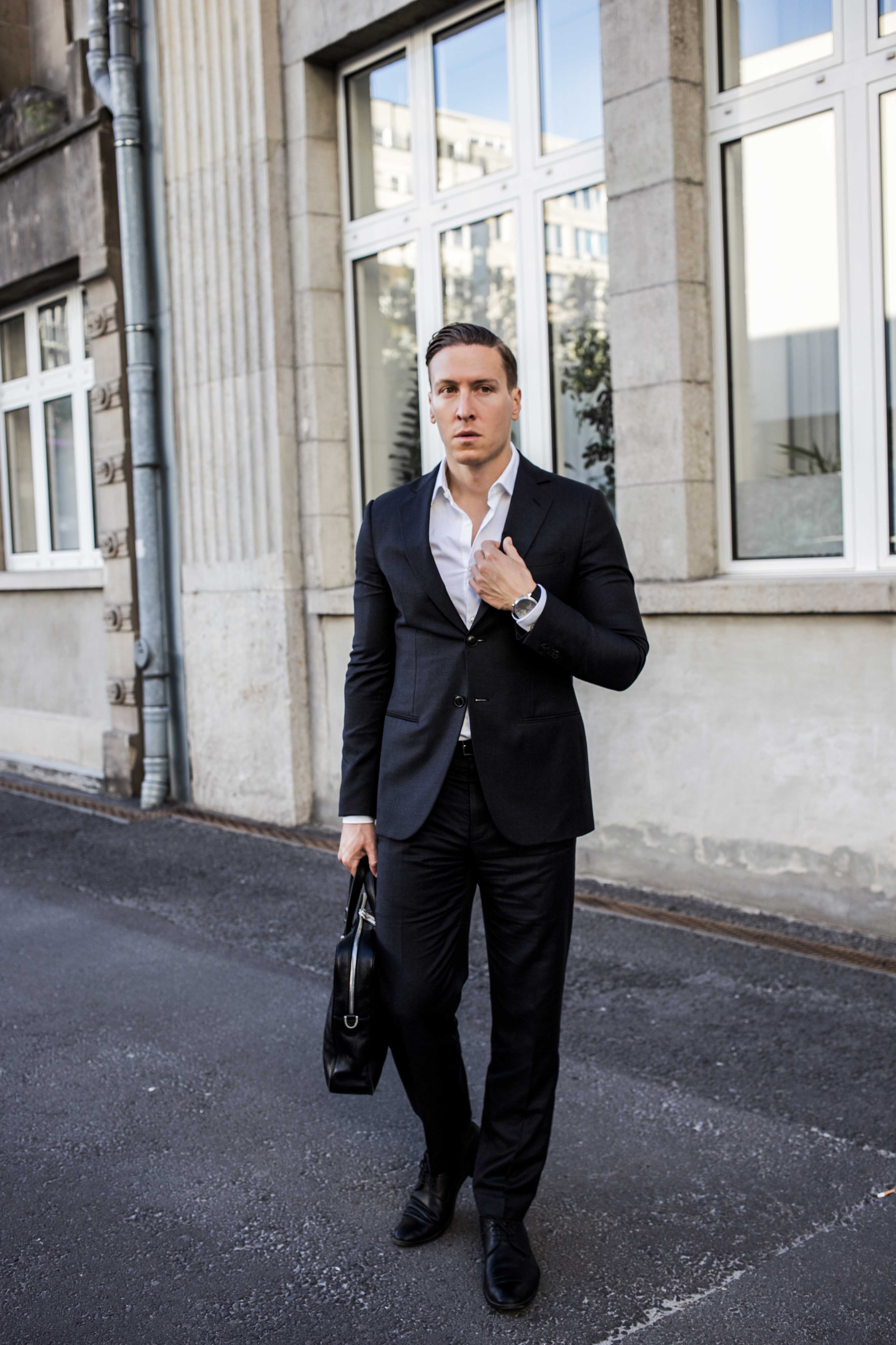 Business Look: Schwarzer Giorgio Armani Anzug, weißes Hemd und ...