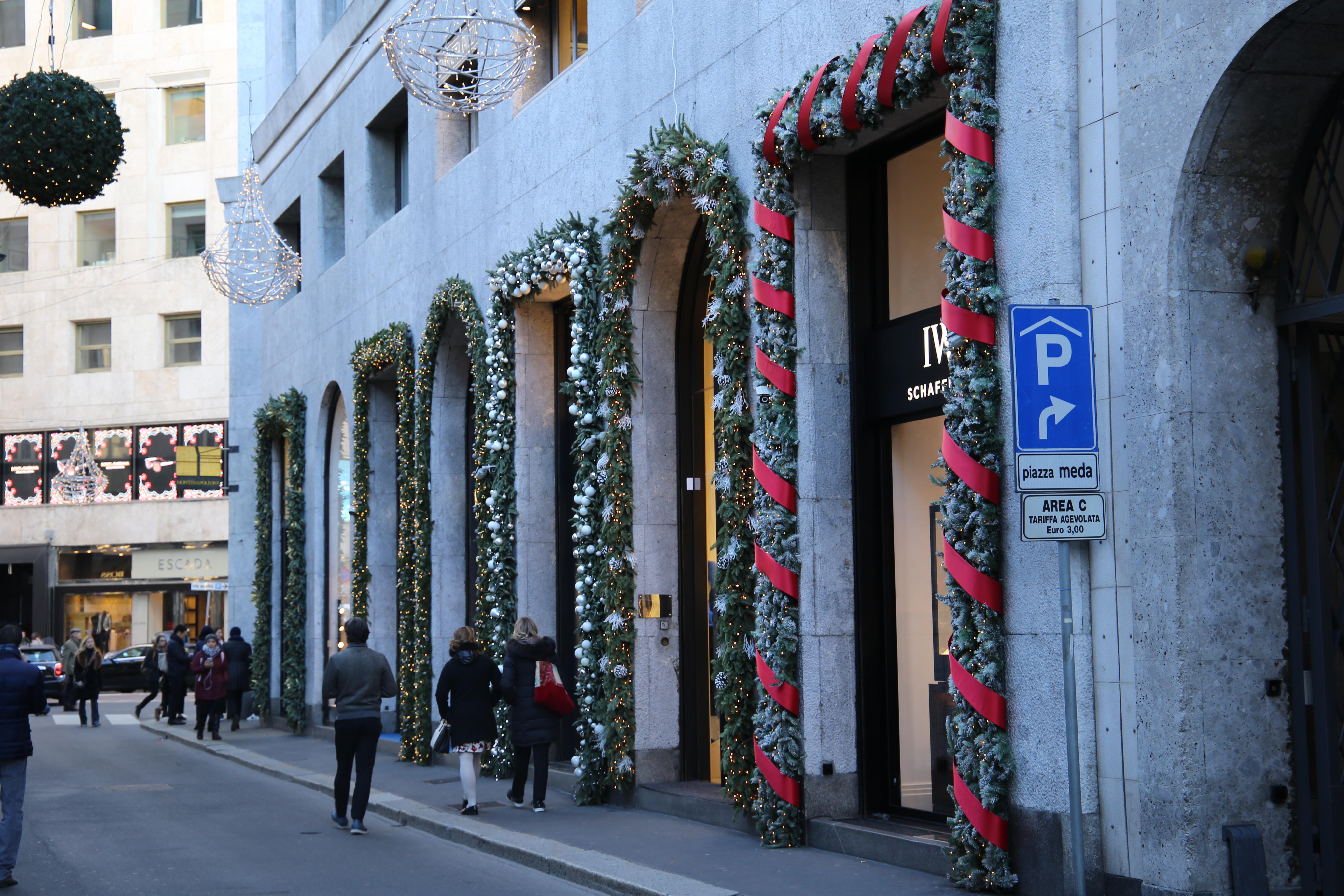 Via_Montenapoleone_Weihnachten_Quadrilatero_della_Moda_Viereck_der_Mode_Mailand_Eingang_Shoppen_Einkaufen_Shopping