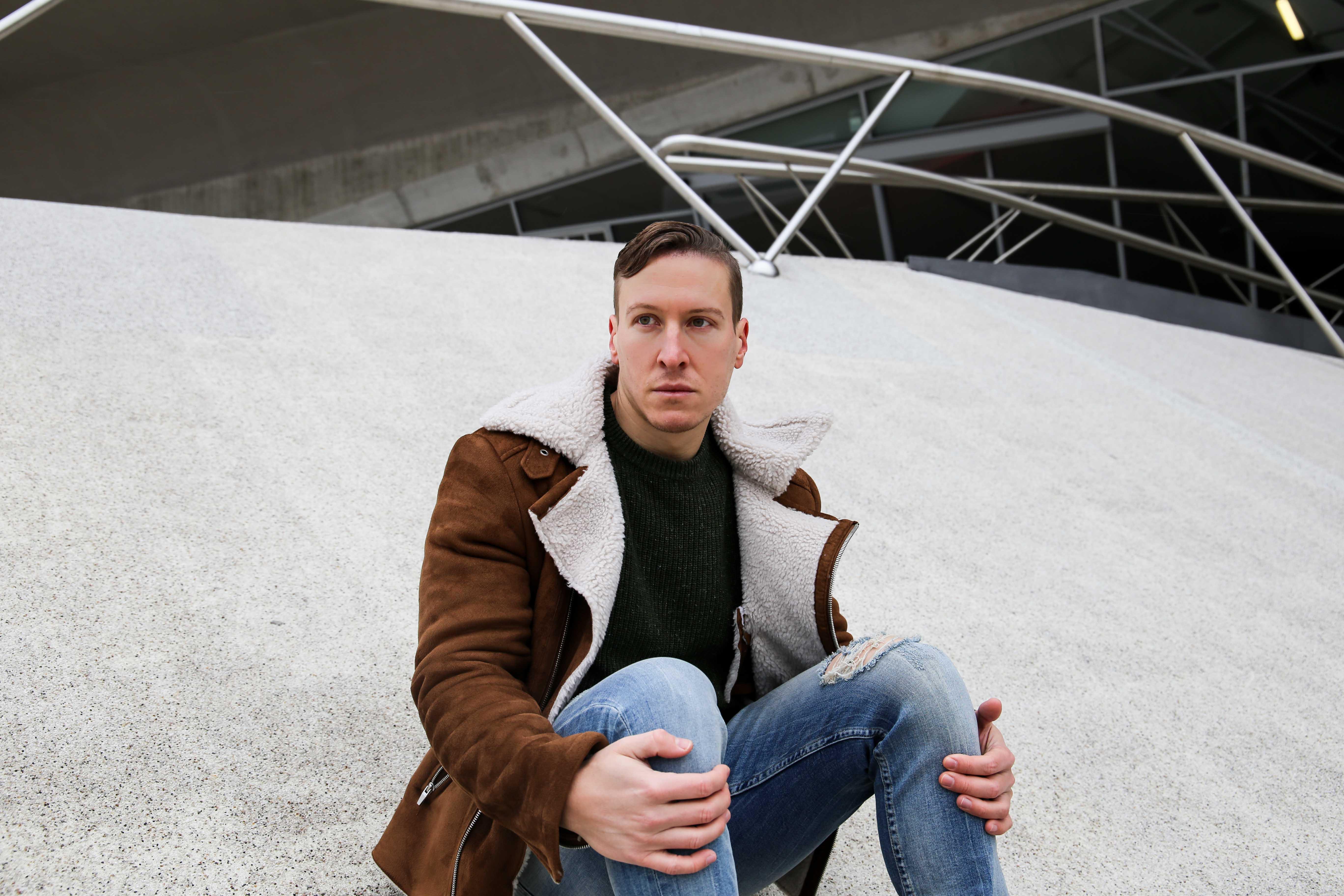 braune-sherpa-jacke-tannengrüner-pullover-braune-sorel-boots-casual-wear-outfit-männerblog-berlin-wolfsburg