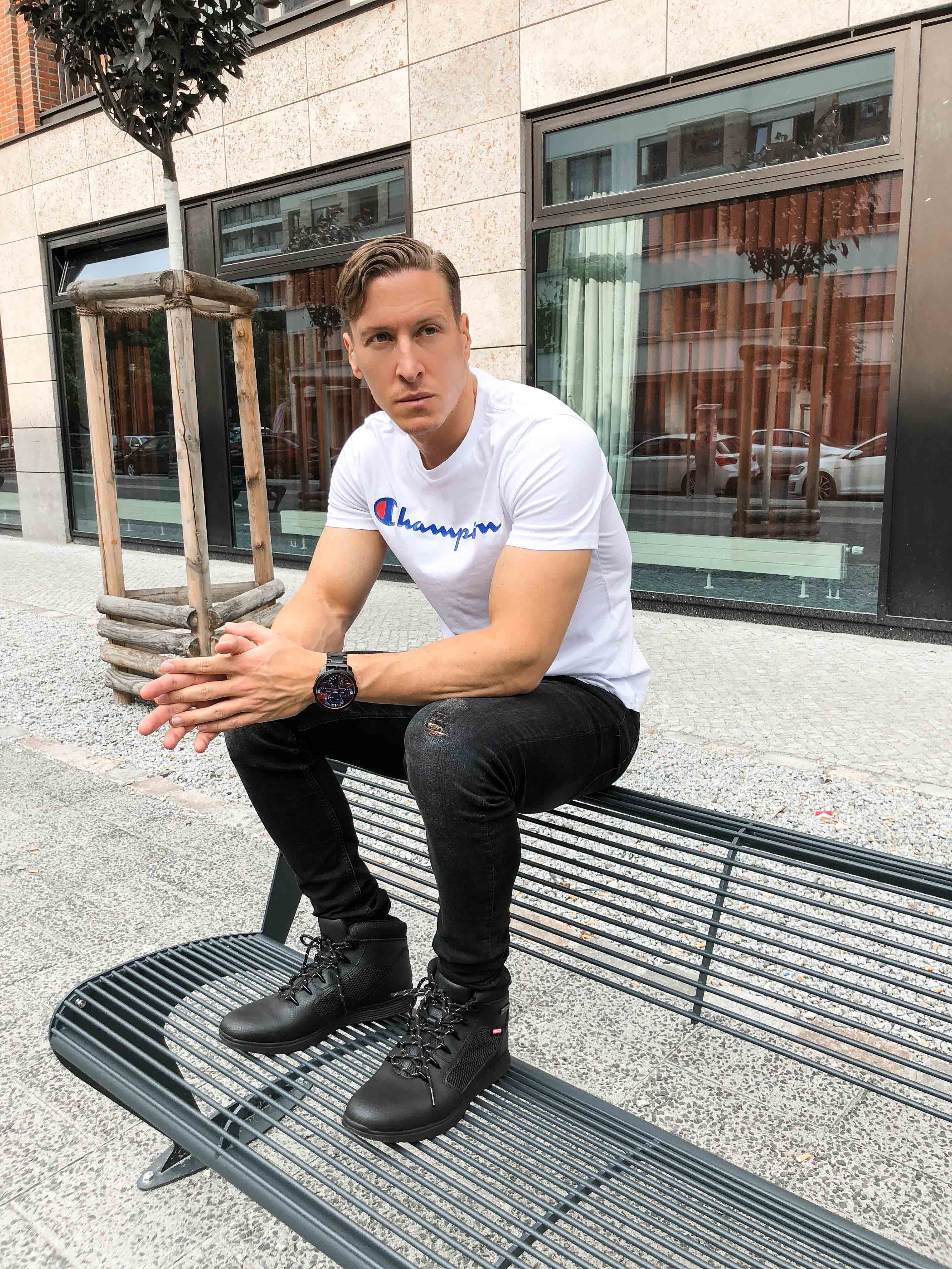 weisses-champion-shirt-sportlicher-look-sommer-berlin-blogger-retro-modeblog-timberland-helcor-boots-outfit-ootd