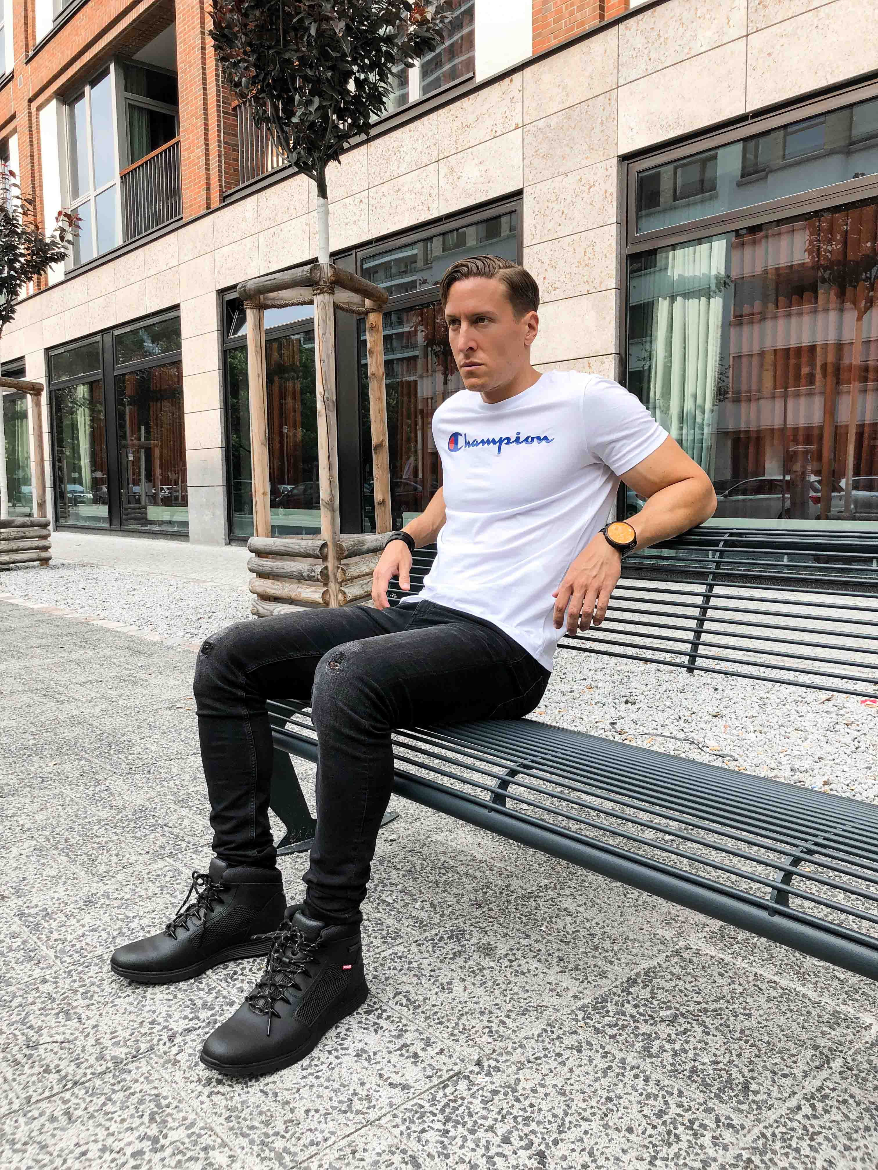 weisses-champion-shirt-sportlicher-look-sommer-berlin-blogger-retro-modeblog-timberland-helcor-boots